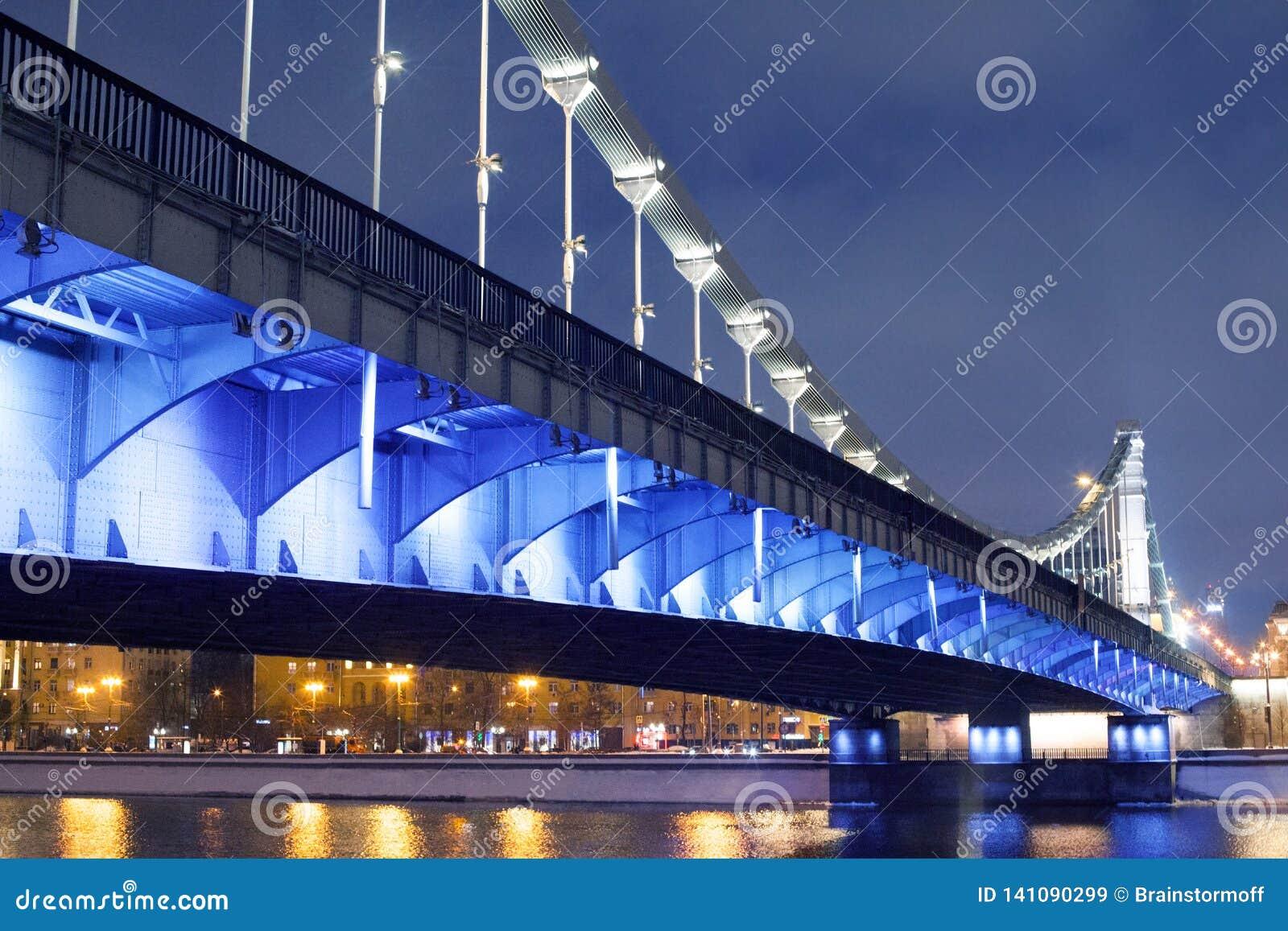 Krymsky most lub Krymski most w Moskwa, Rosja nocy widok z błękitną iluminacją