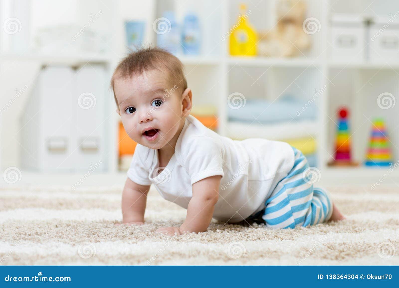 Krypande roligt behandla som ett barn pojken i barnkammare hemma