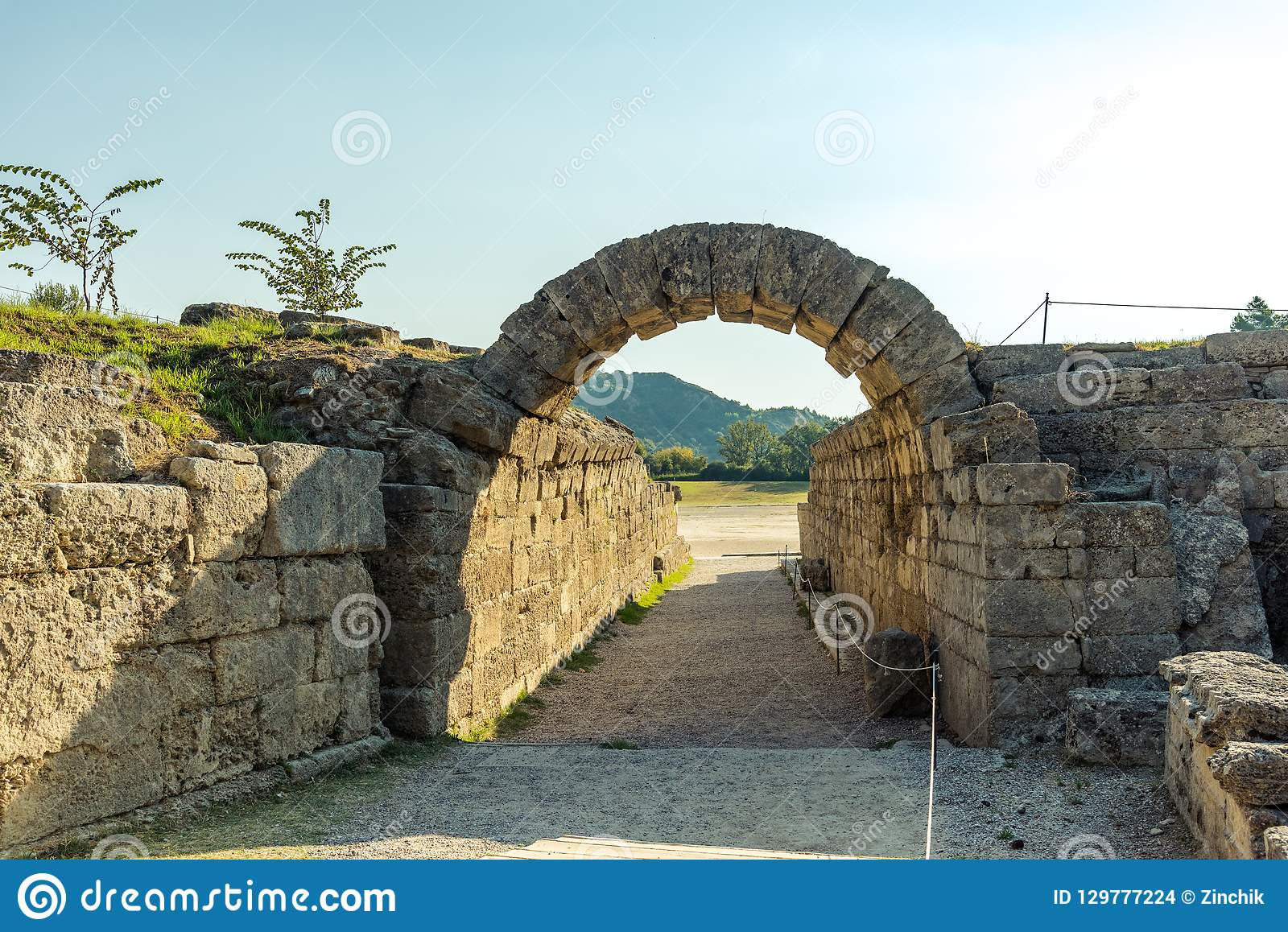 Krypte -- вход к stadion, старая Олимпия, Греция