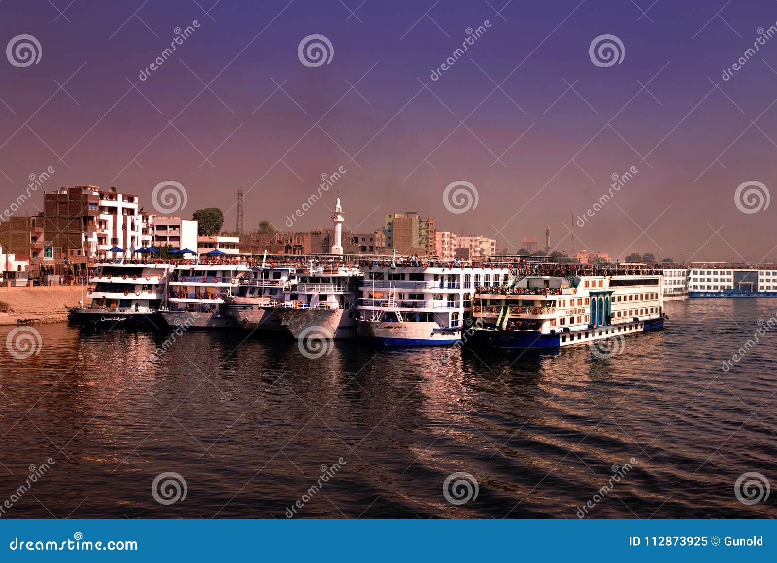 Kryssa omkring eyeliner på flodNilen som ankras på Edfu, Egypten