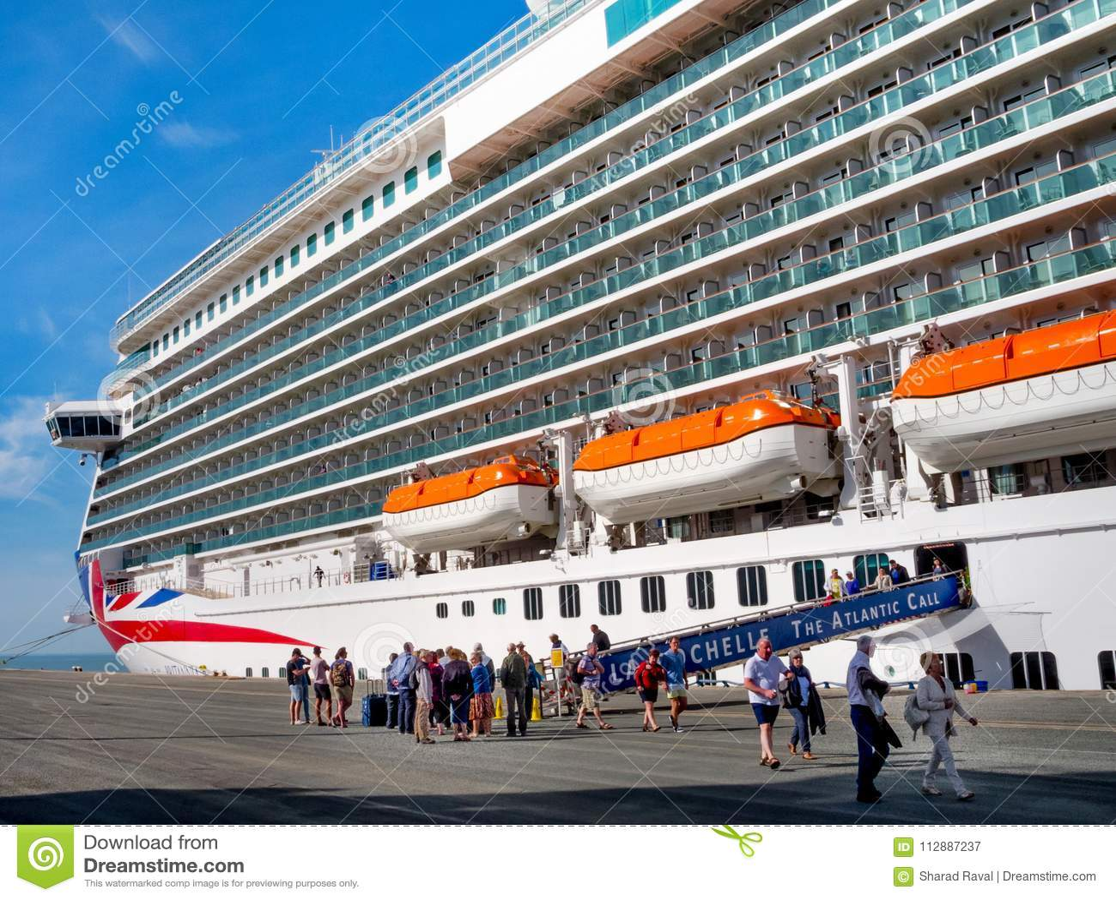 Kryssa omkring fartyget Britannia som landas på La Rochelle port, Frankrike