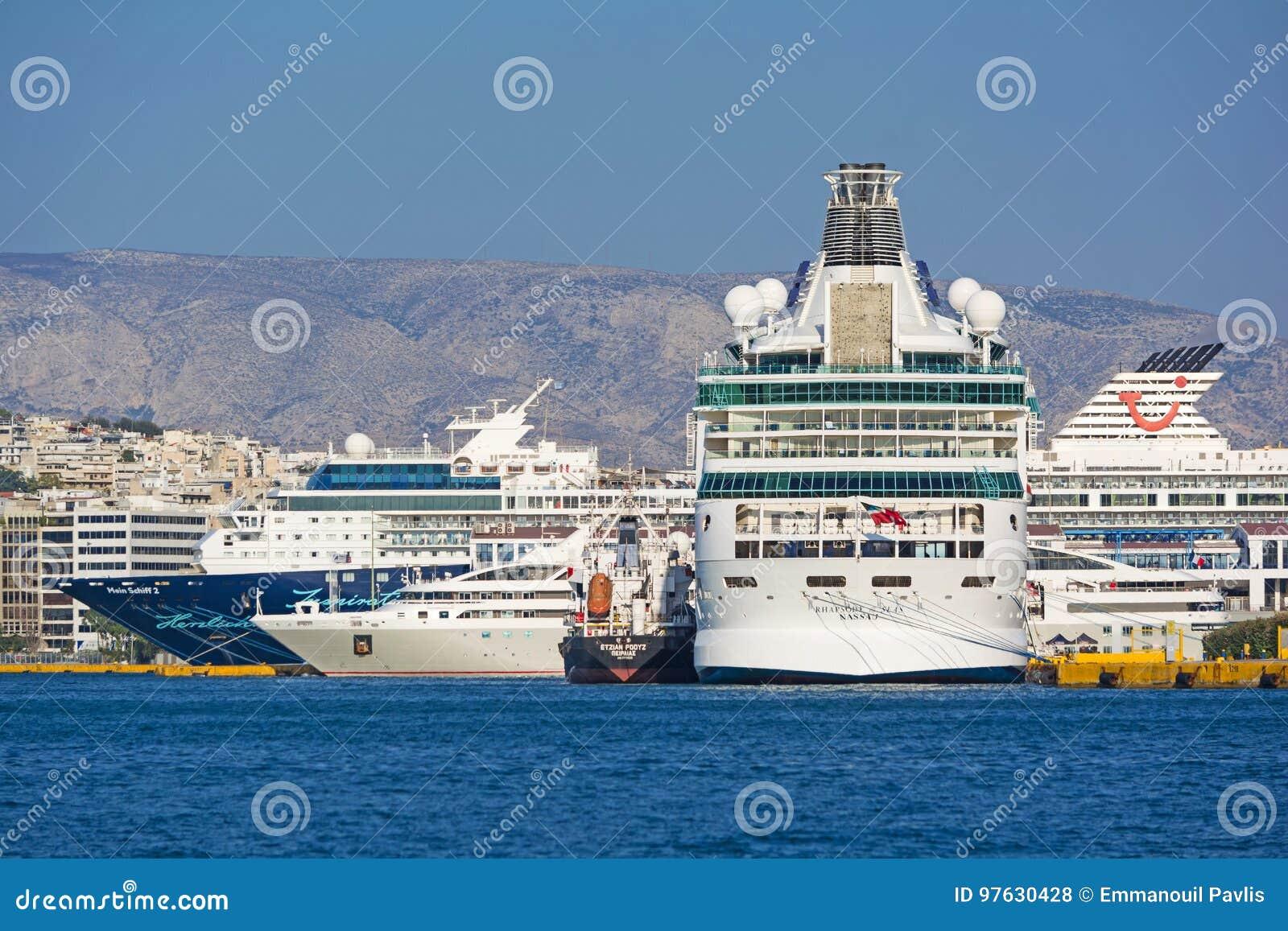 Kryssning-skepp på porten av Piraeus
