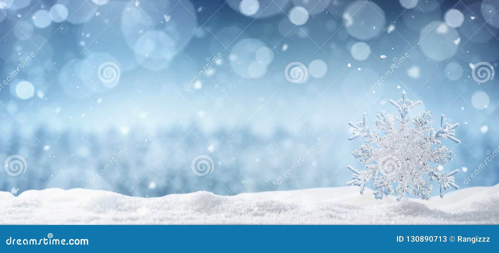 Krystaliczny płatek śniegu w śniegu