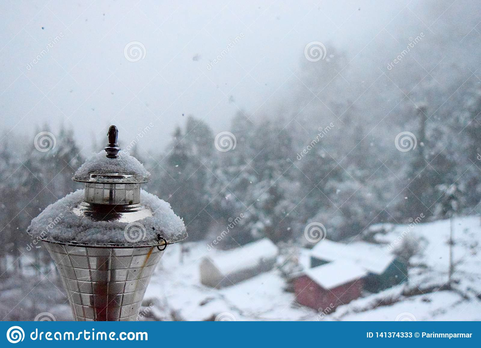 Kryształy śnieg nad Złotą lampą z Trwającym Śnieżnym spadkiem - Śnieżne cząsteczki w powietrzu