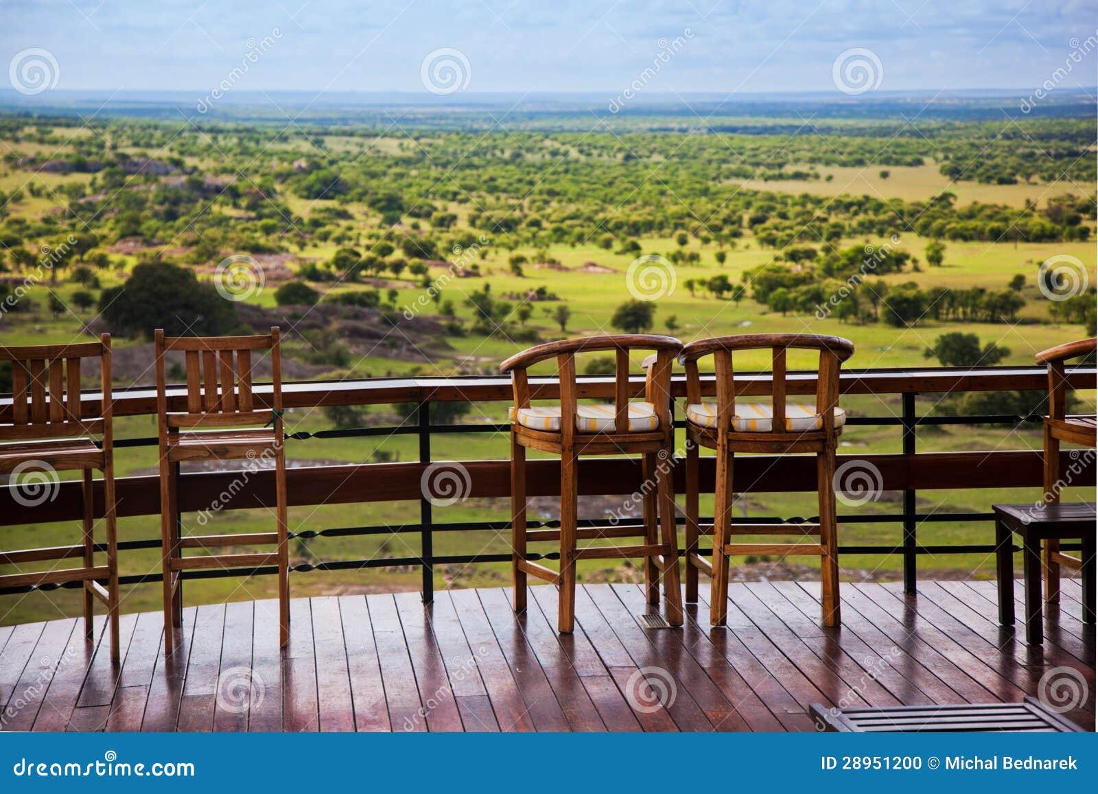Krzesła na tarasie. Sawanna krajobraz w Serengeti, Tanzania, Afryka