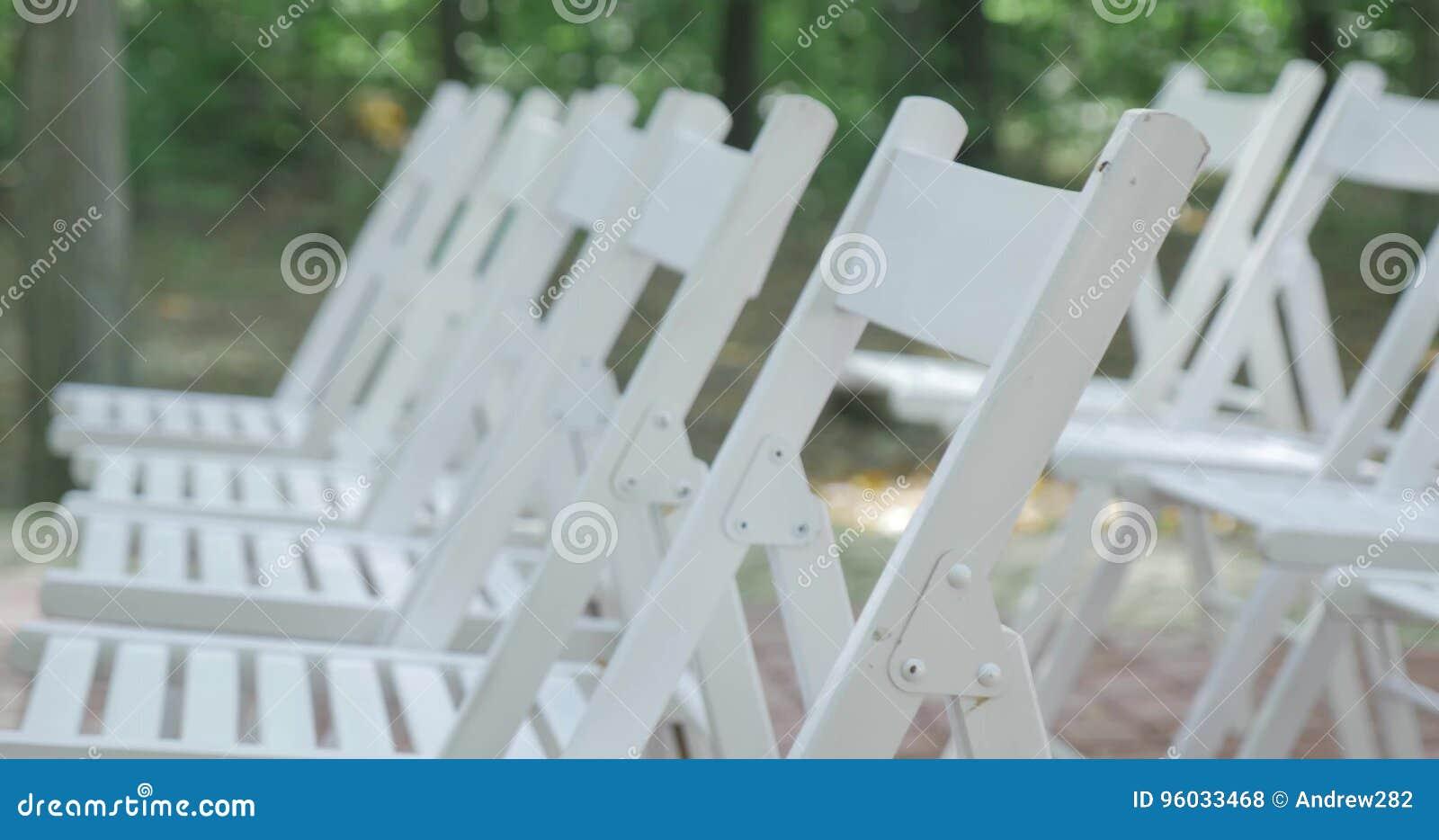 Krzesła target2411_1_ biel ceremonia poślubiać target1640_1_ Ślubny ustawianie w ogródzie
