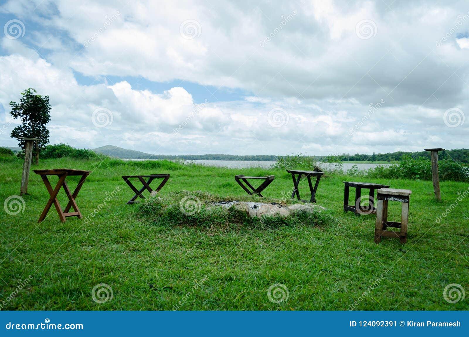 Krzesła wokoło ogniska kopcują przegapiać jezioro