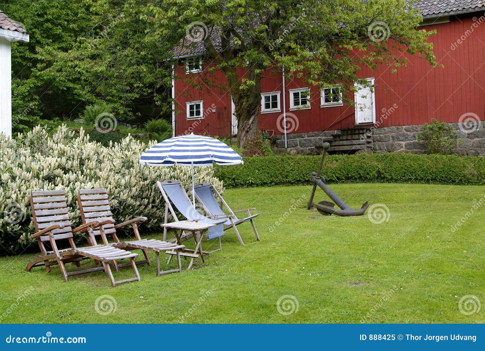 Krzesło ogródek uprawiają parasolkę
