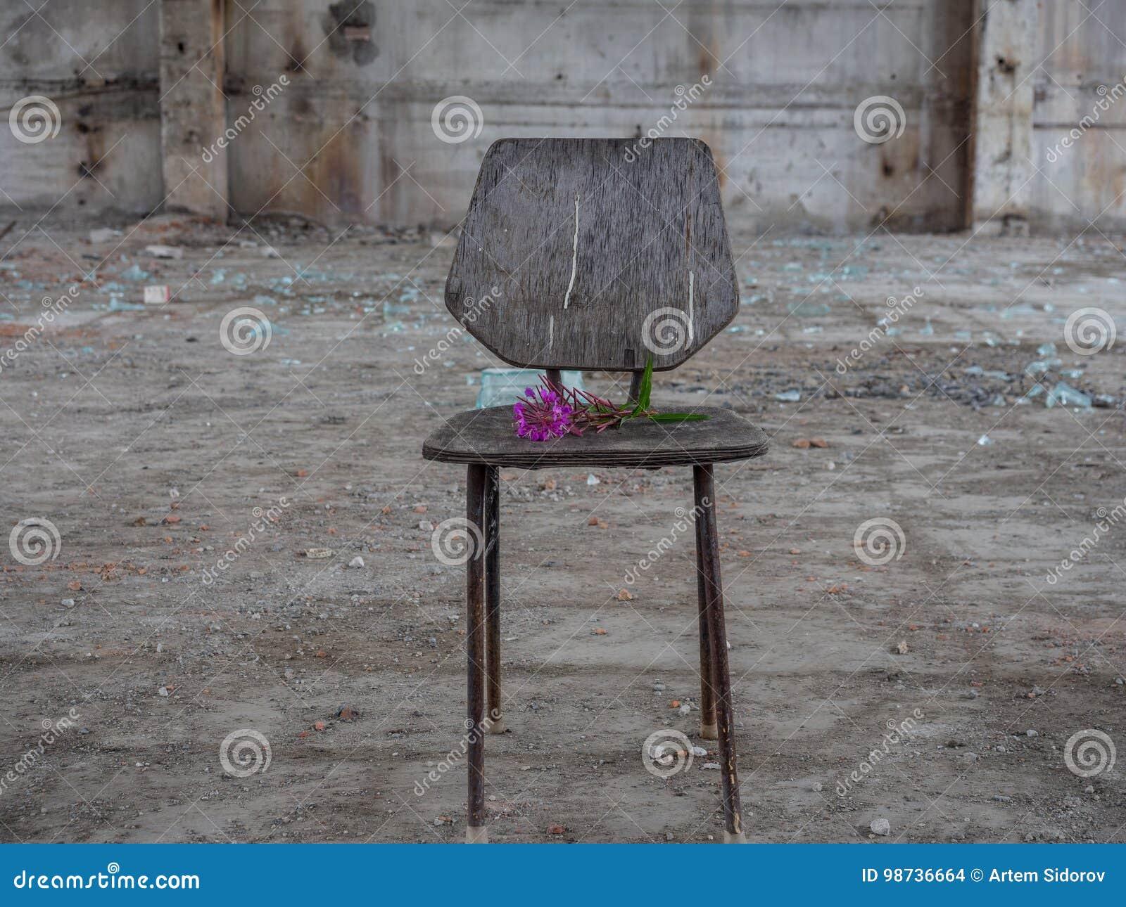 Krzesło w zaniechanym budynku