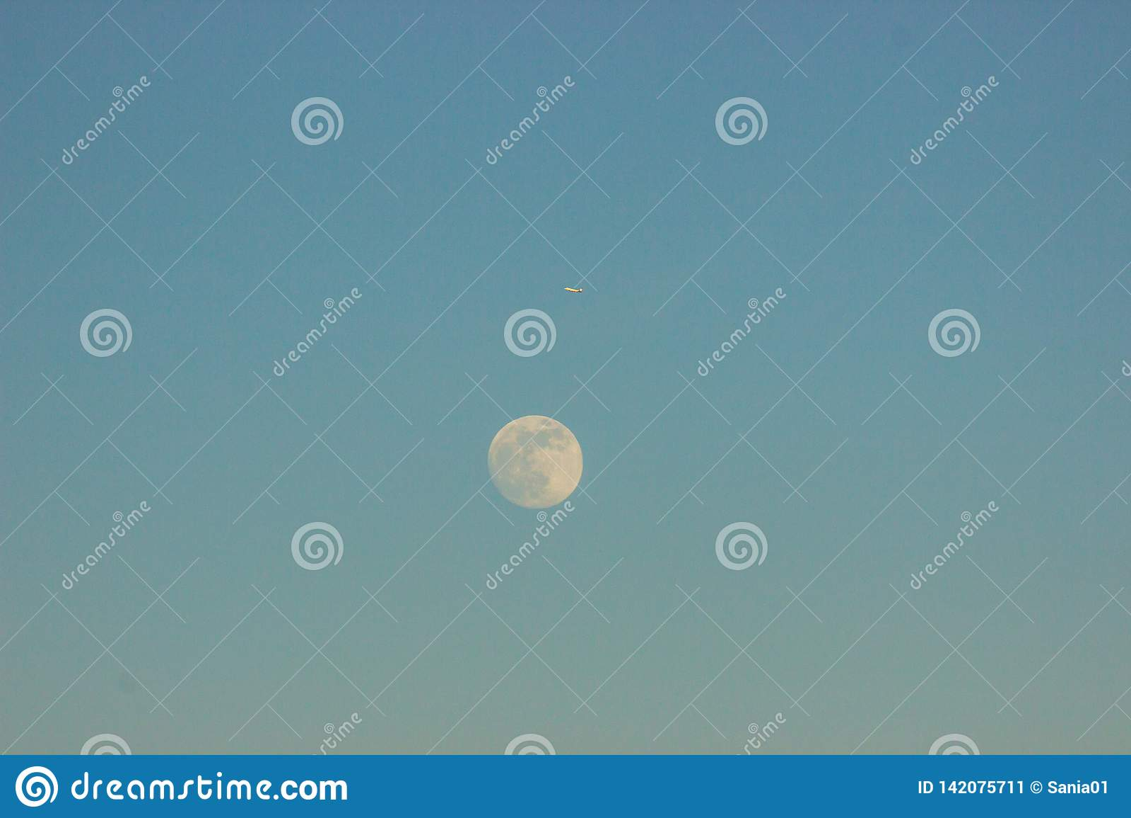 Księżyc przeciw niebieskiemu niebu obok samolotu i lata ja dostawał zmrok zmierzch i moonrise, dnia i nocy zmiana