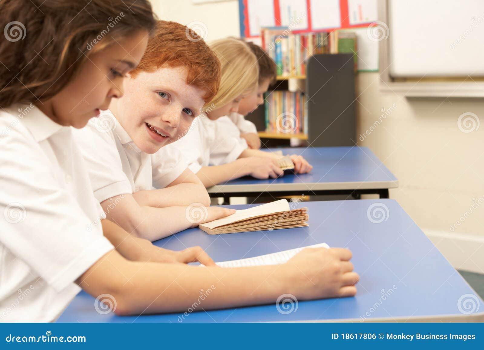 Książek dzieci grupowy czytanie