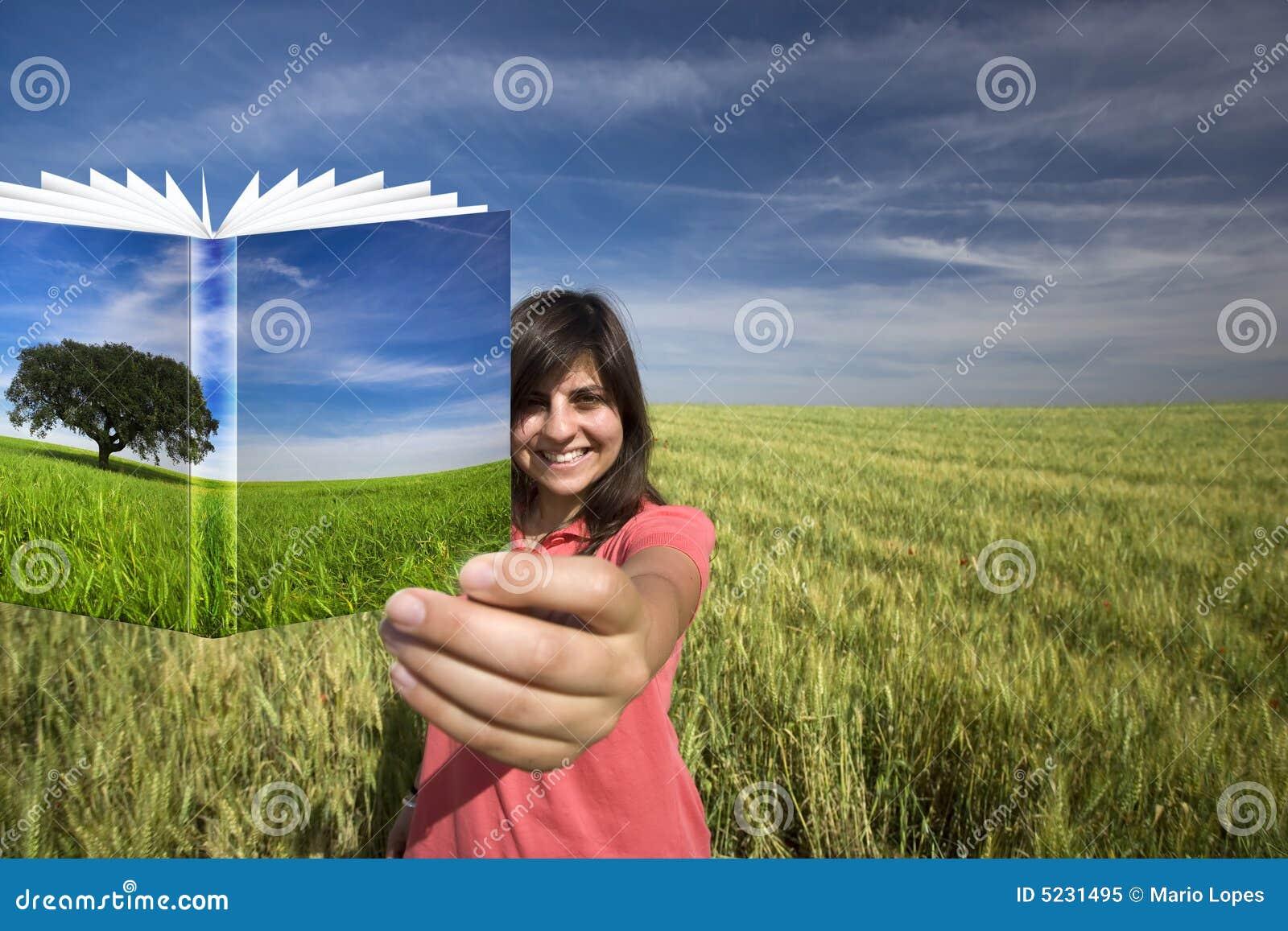 Książka kobiety uśmiechnięci młode gospodarstwa