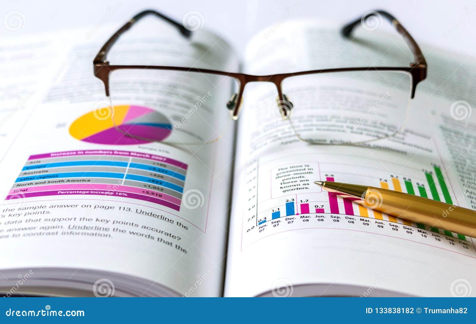 Książka, pióro, Eyeglasses i mapy,