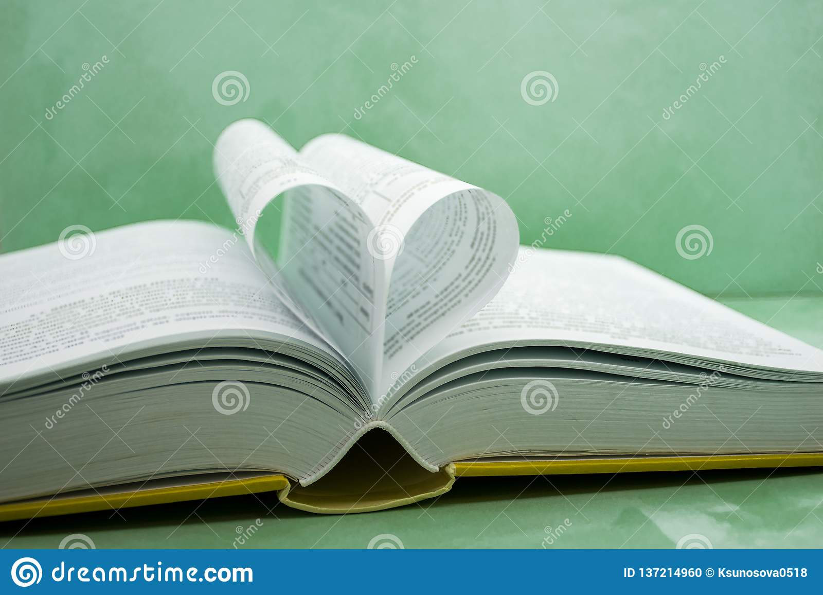 Książka zakrzywiony kształt serca strona