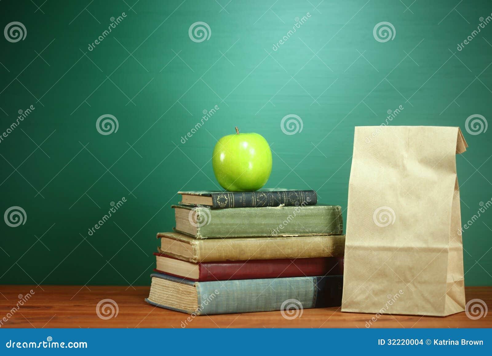Książki, Apple i lunch na nauczyciela biurku,