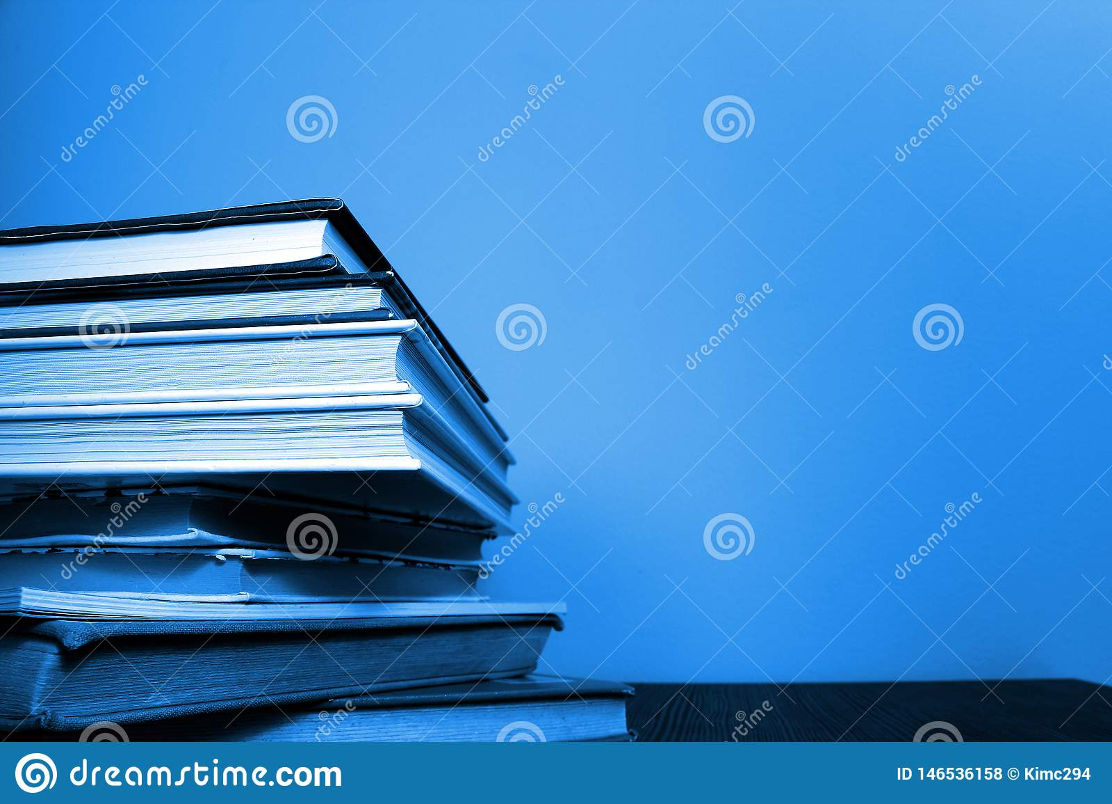 Książki brogować na lewej stronie fotografia Mi?kki b??kitny brzmienie