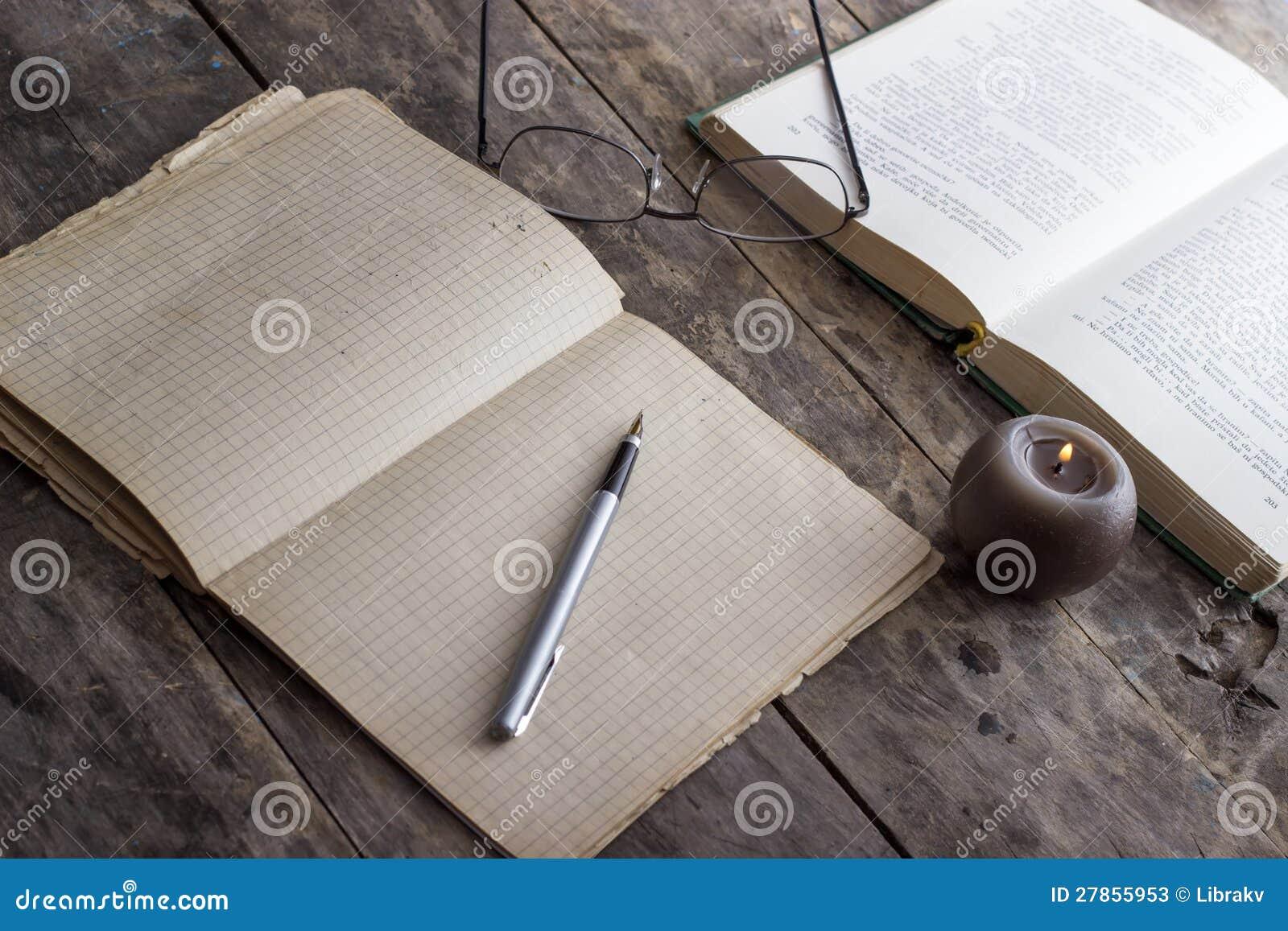 Książki i Świeczka na drewnianym stole