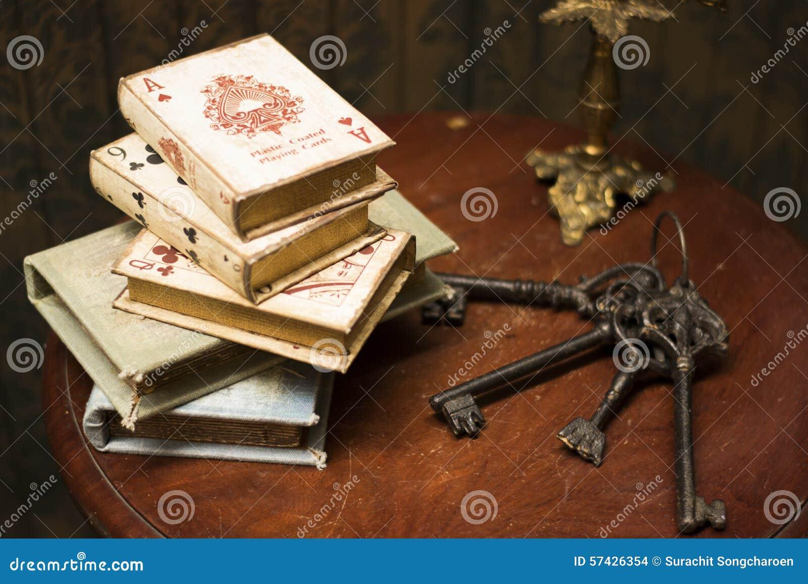 Książki i klucze na drewnianym stole