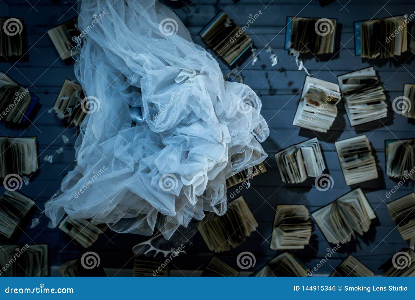Książki i tkanina w przodzie