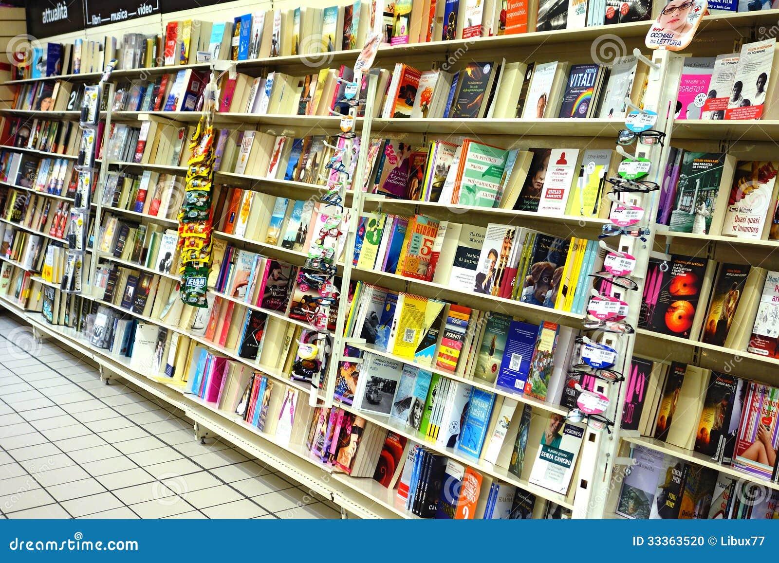 Książki przy księgarnią