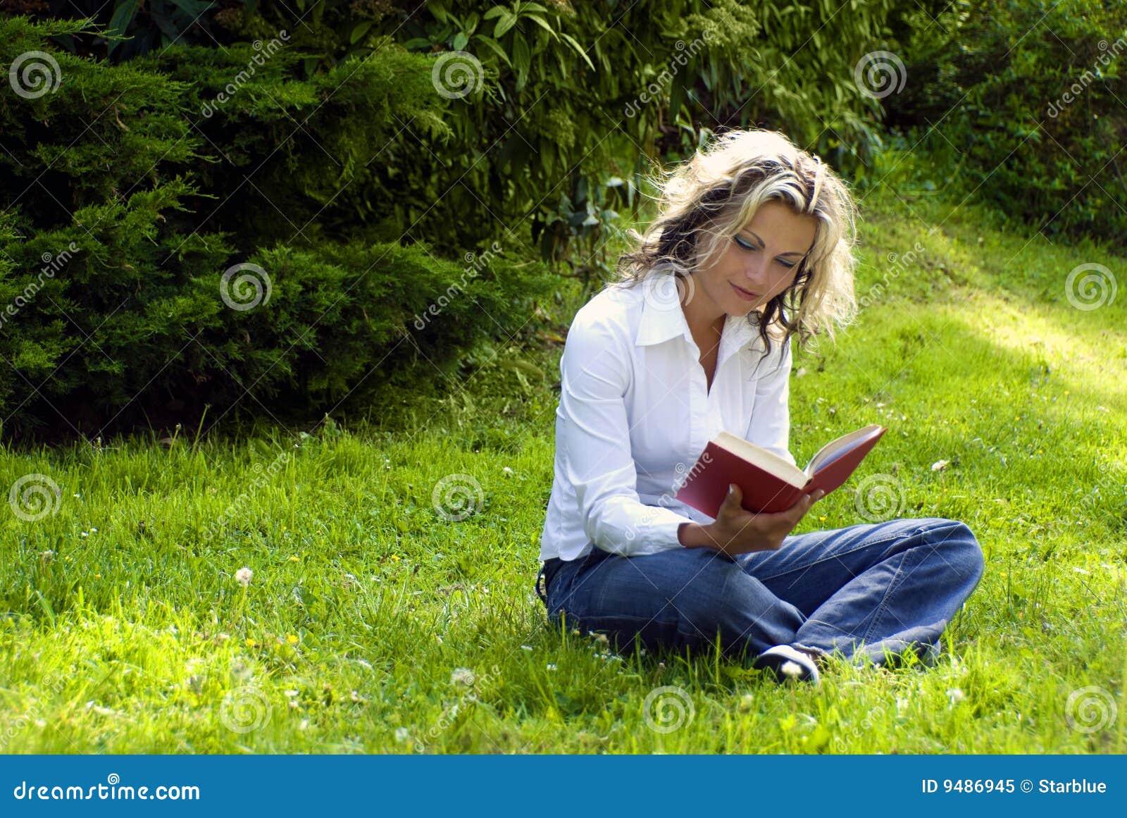 Książkowa czytelnicza kobieta