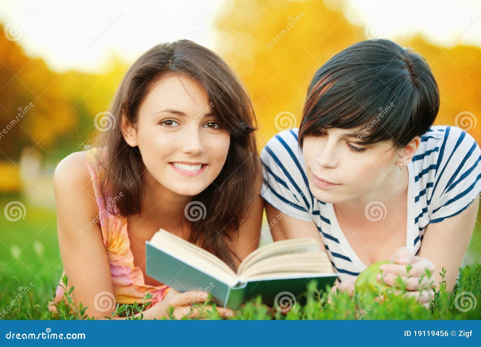 Książkowa dziewczyna czyta dwa