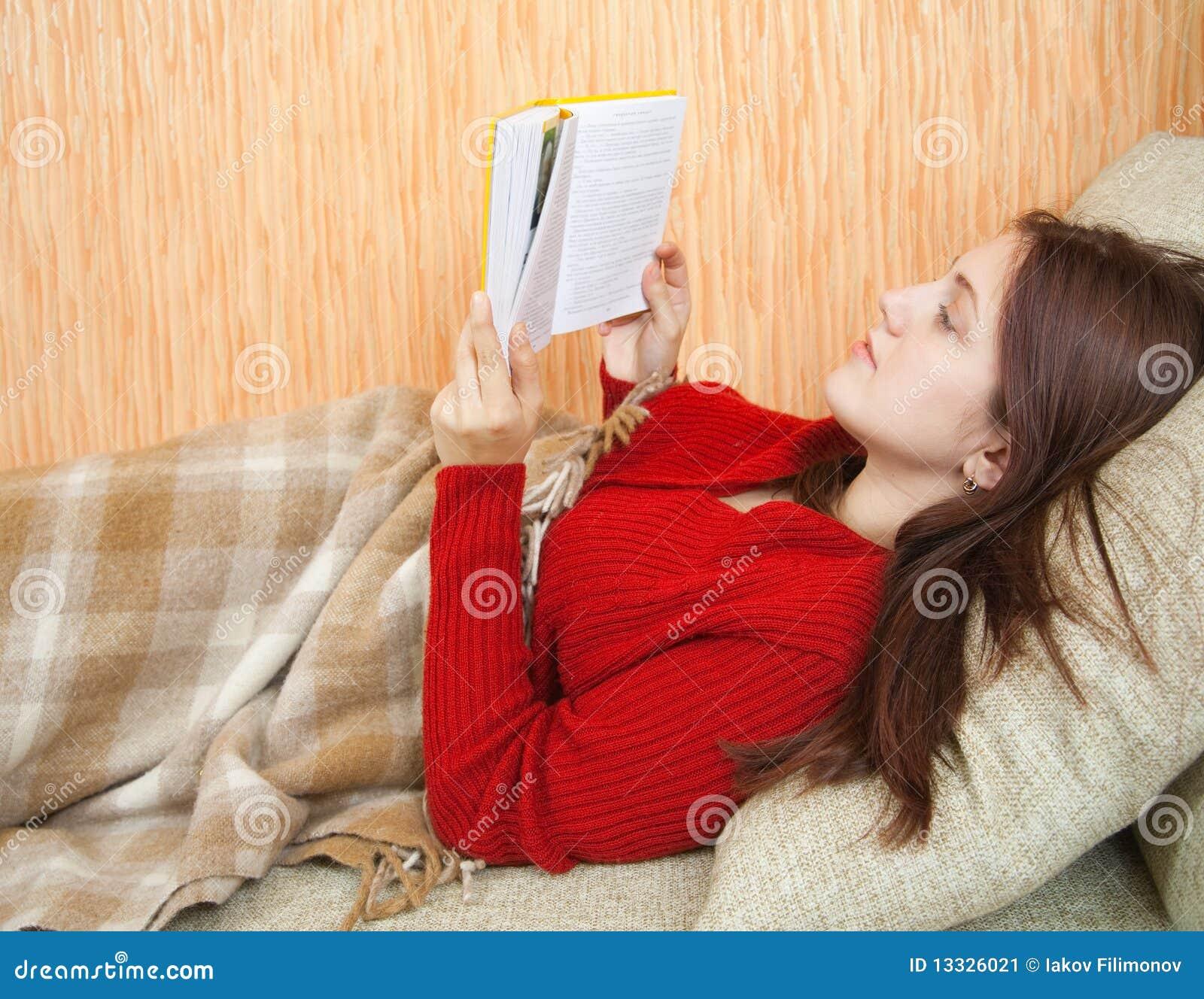 Książkowej dziewczyny ładni czytelniczy kanapy potomstwa