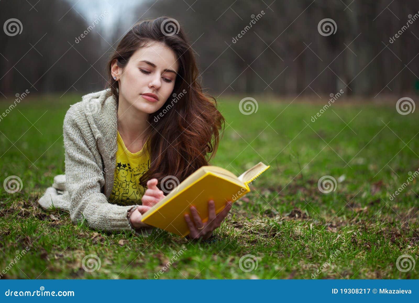 Książkowej dziewczyny trawy łgarski czytanie