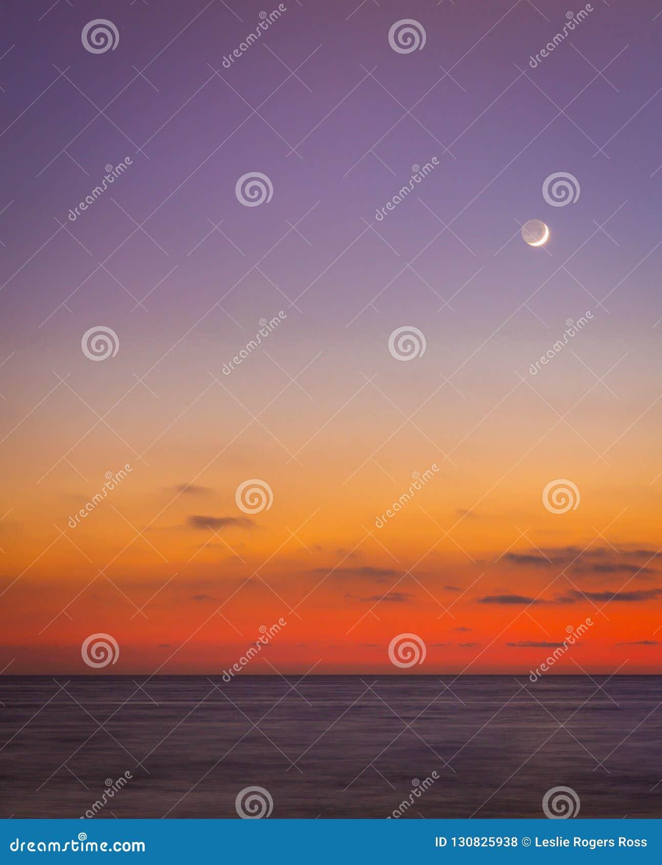 Księżyc Jarzy się w Jasnym niebie