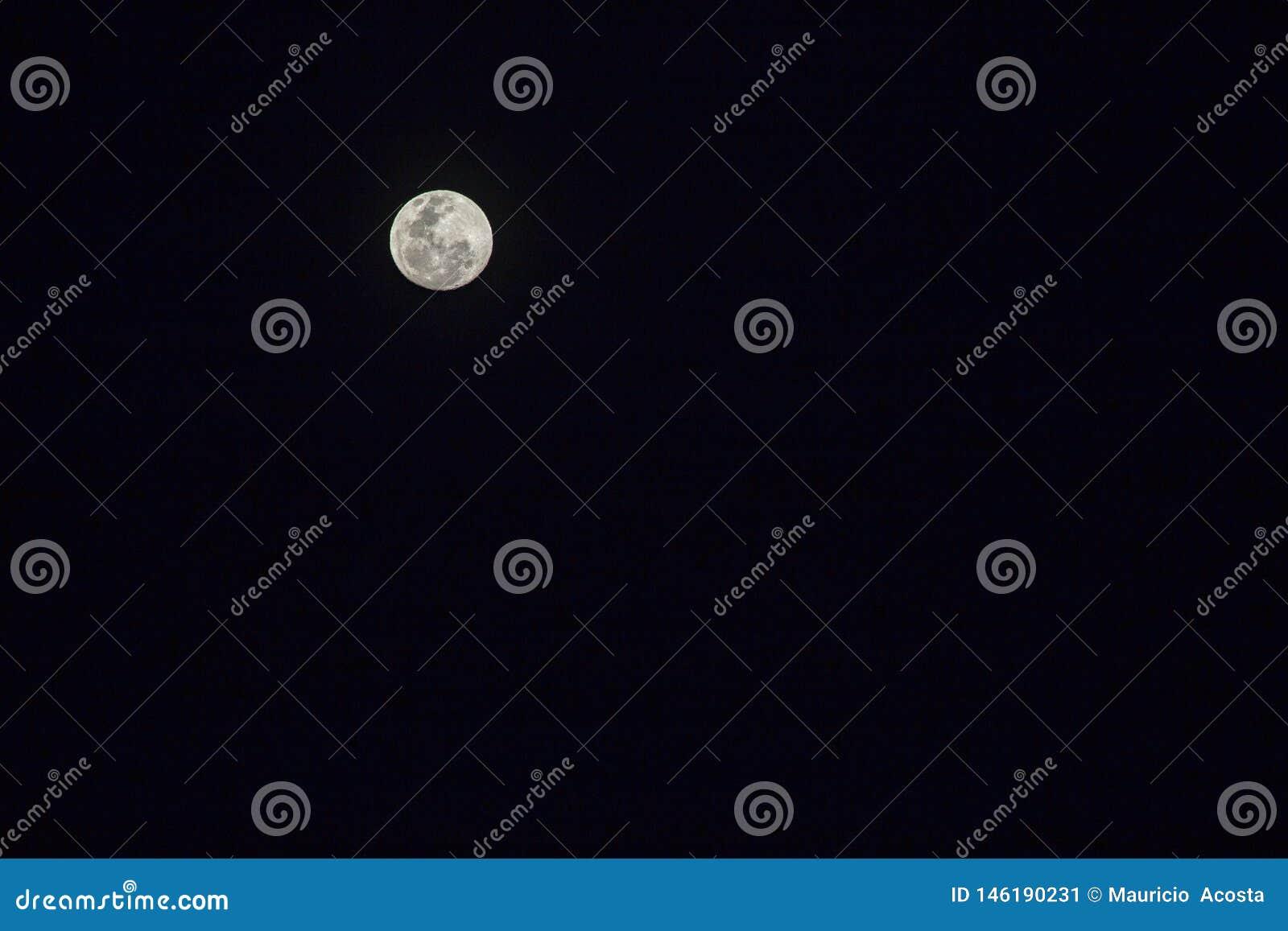 Księżyc jeden dzień przed księżyc w pełni