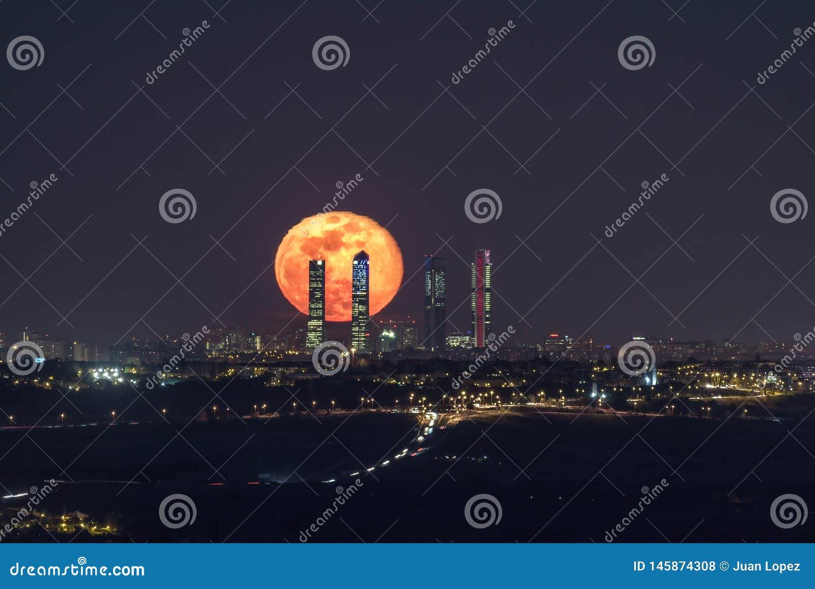 Księżyc na mieście