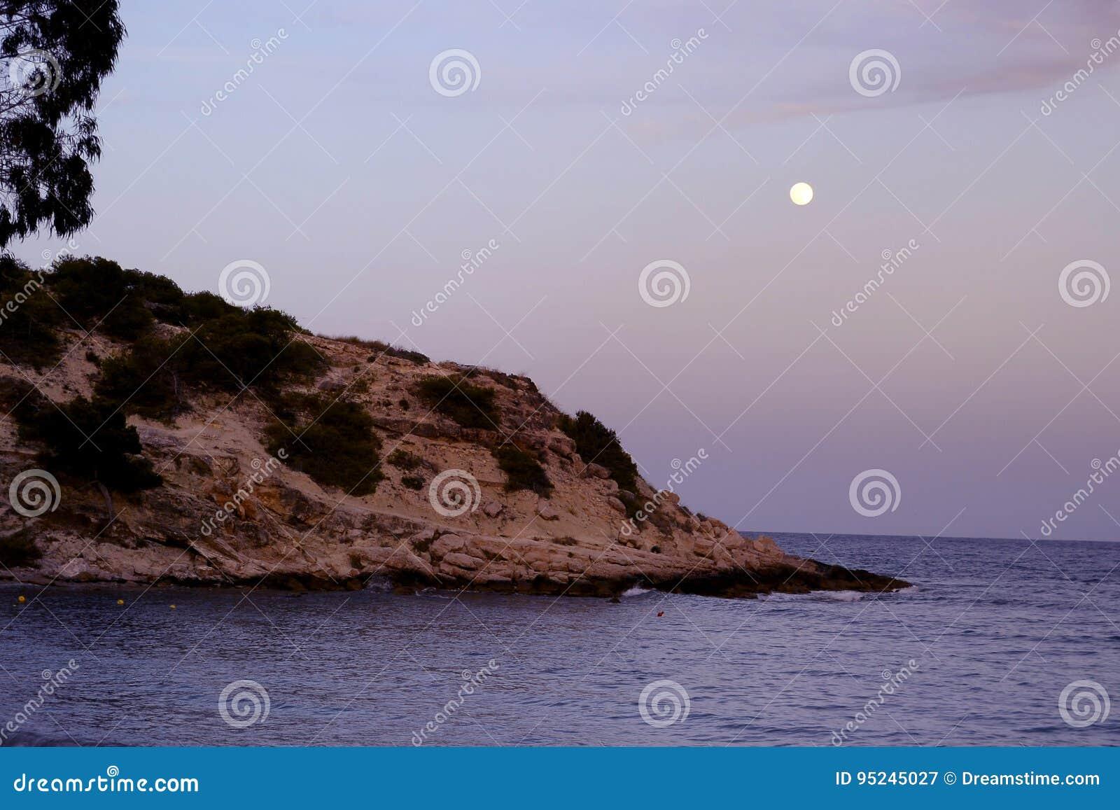Księżyc w pełni na hiszpańskim wybrzeżu