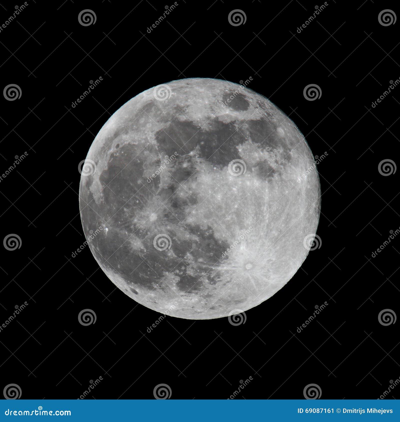 Księżyc w pełni strzelający na czerni