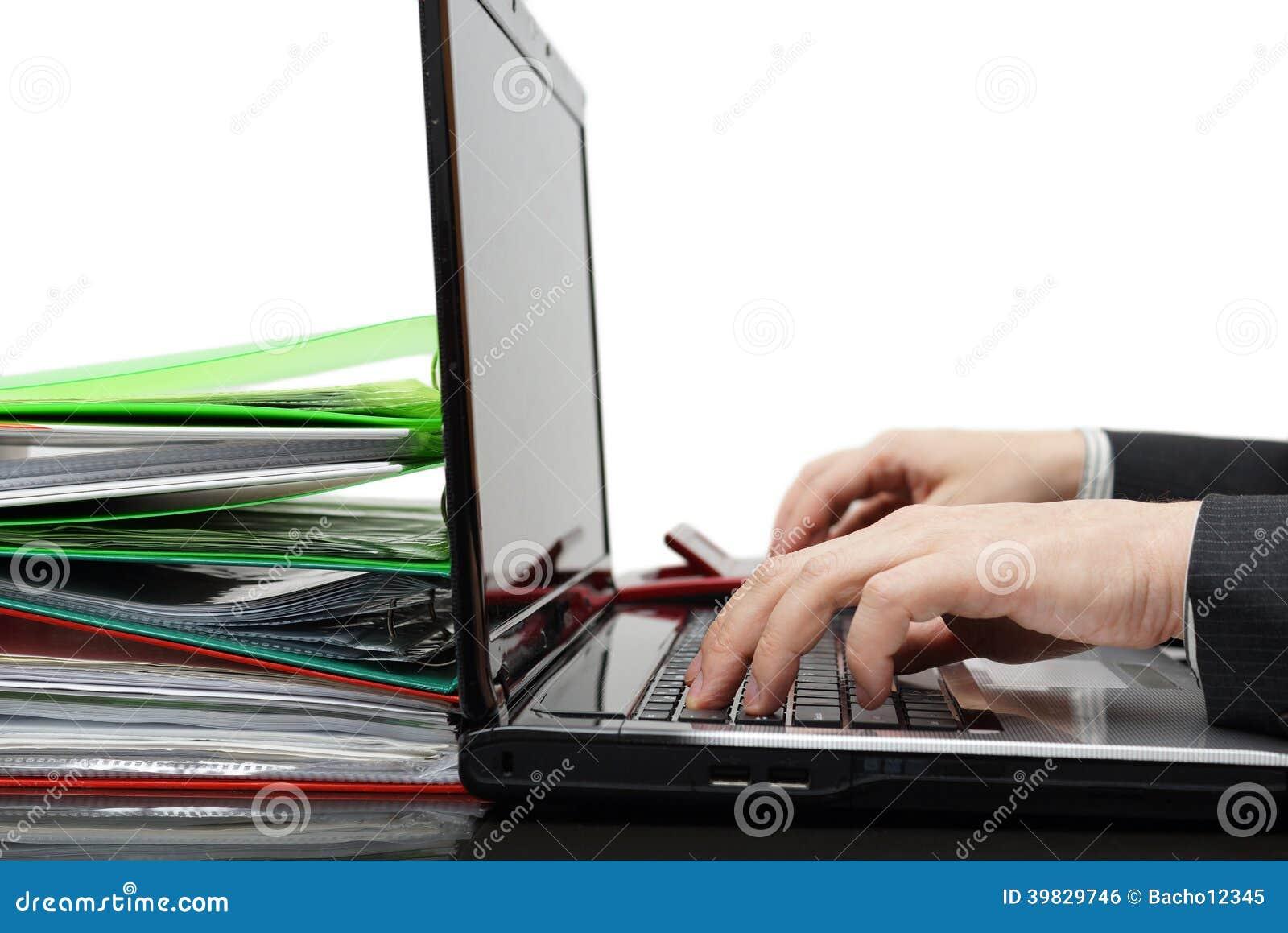 Księgowy z pełnym dokumentacja pracuje na komputerze