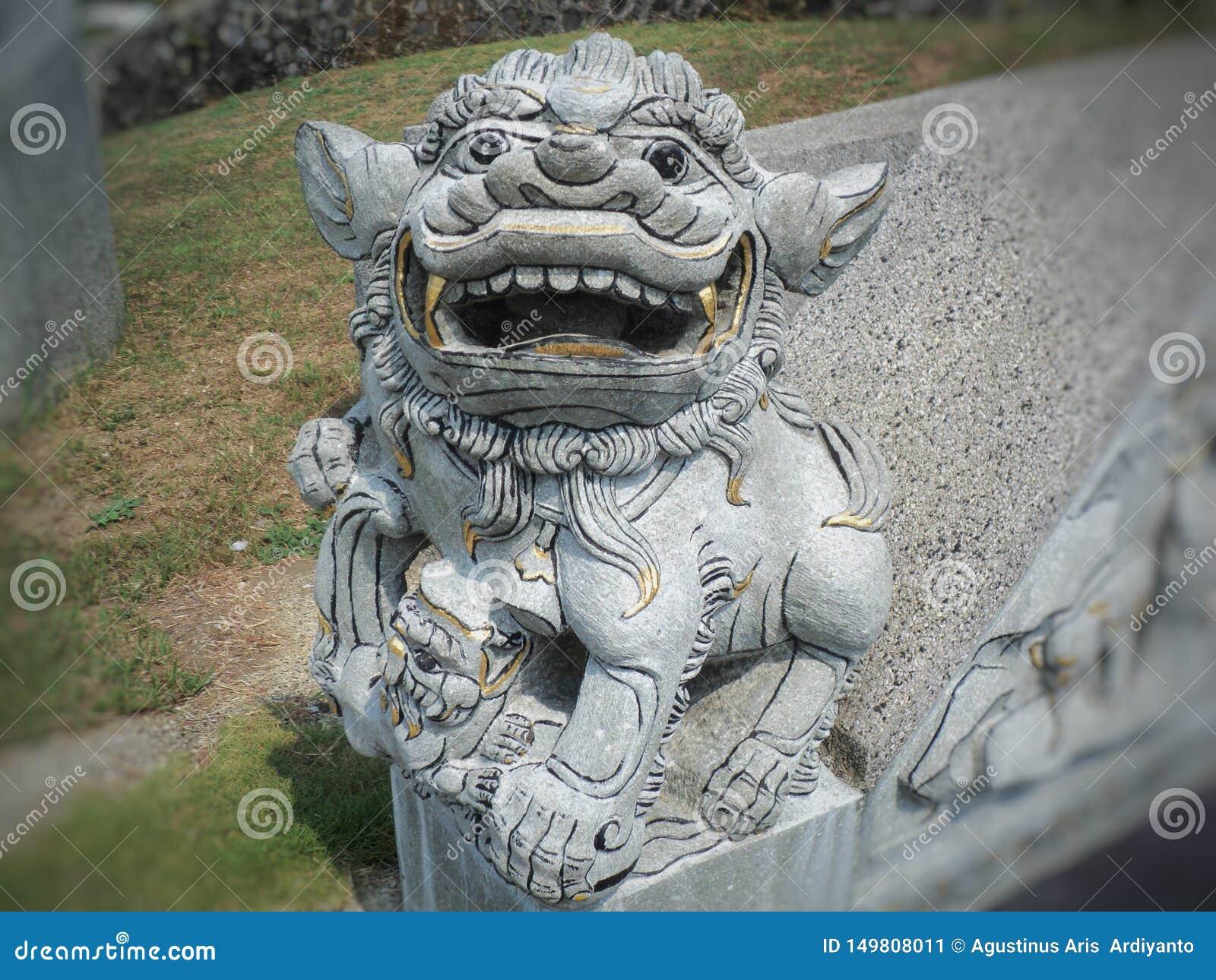 Kształtująca kamienna statua ogień