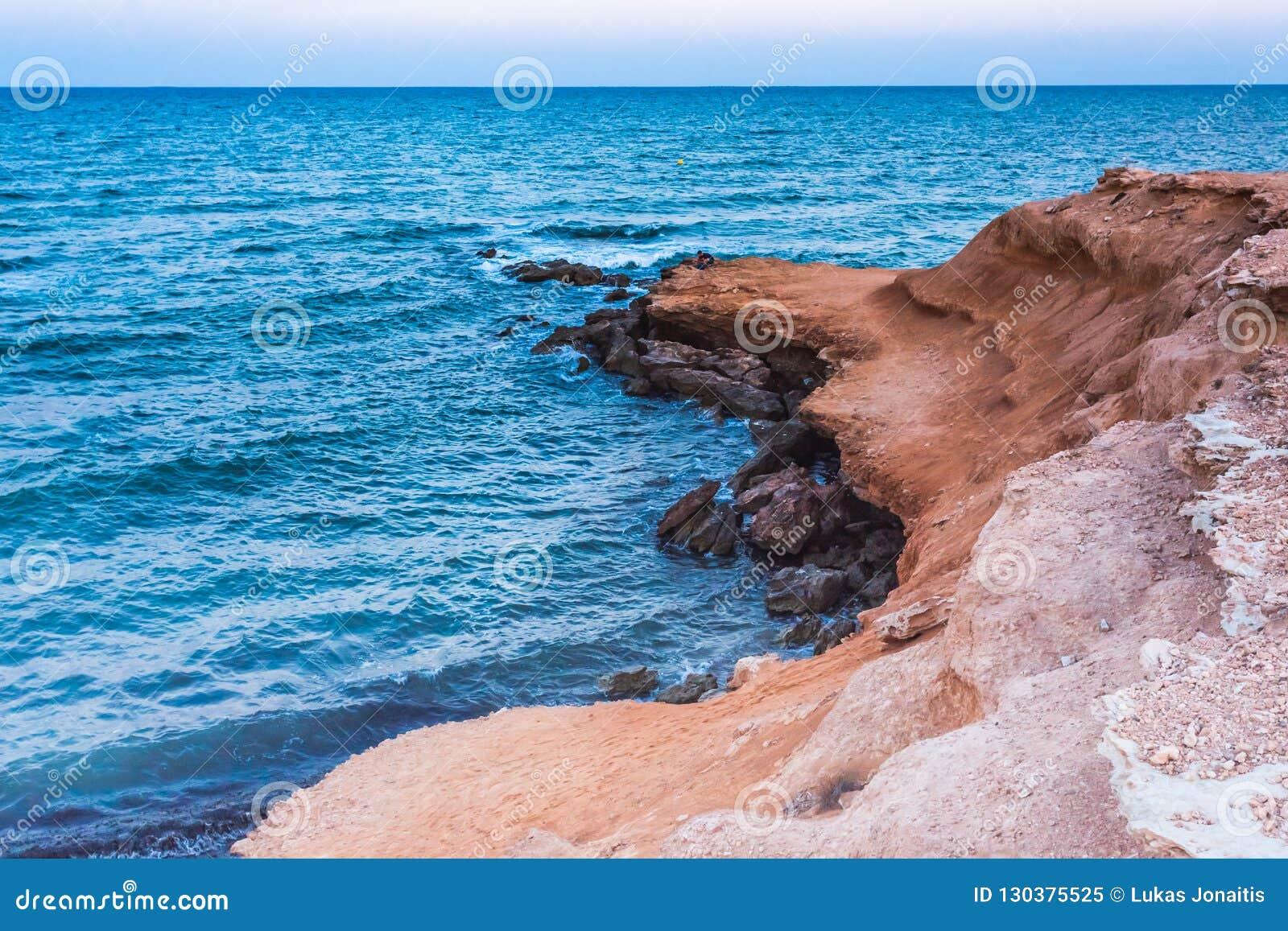 Kształtuje teren strzał Mil Palmeras seashore w wieczór, Hiszpania