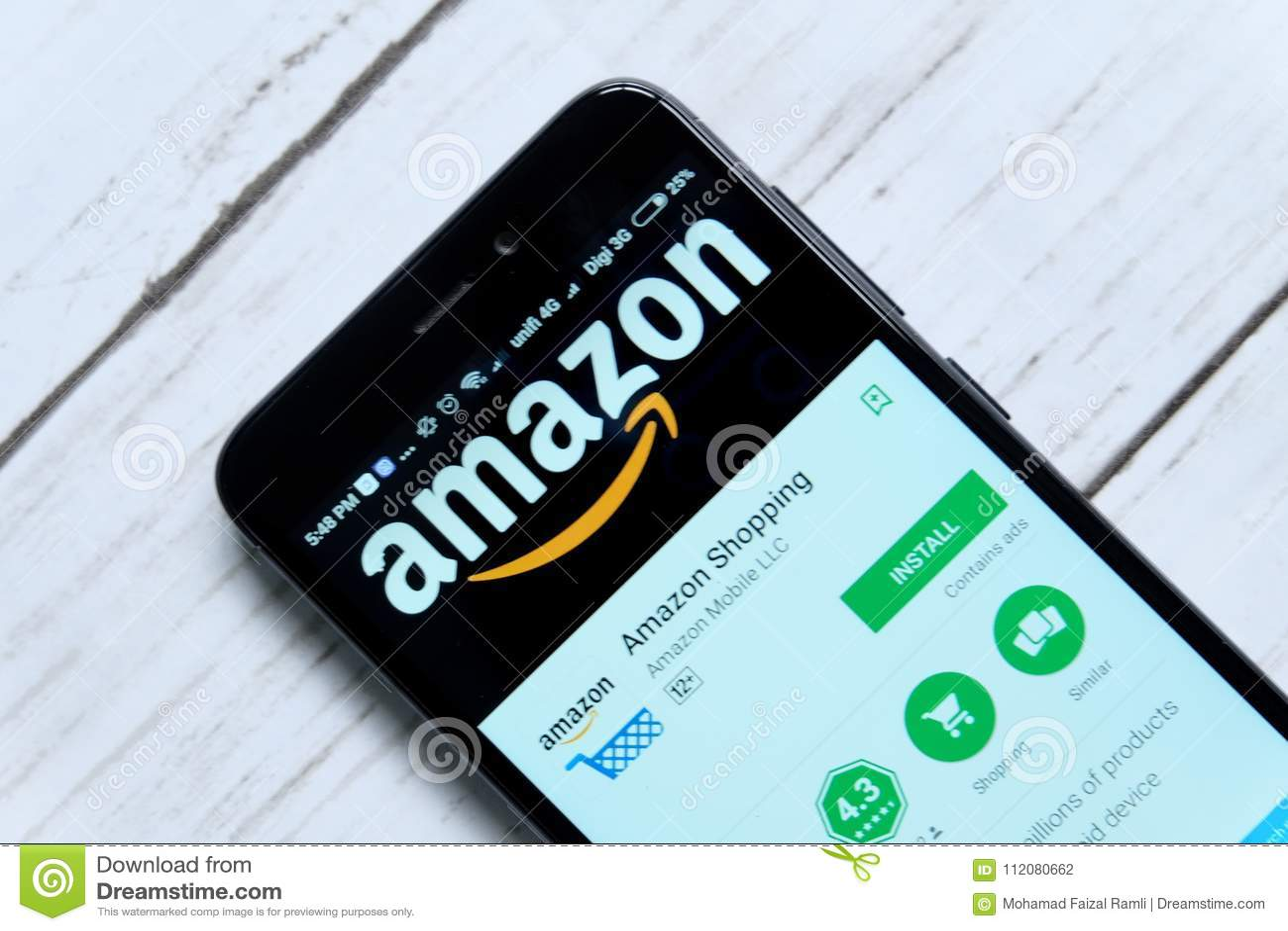 KUALA LUMPUR, MALAYSIA - 28. JANUAR 2018: Amazonas-APP-Anzeige auf androidem Spiel-Speicher Amazonas wurde von Jeff Bezos gegründ