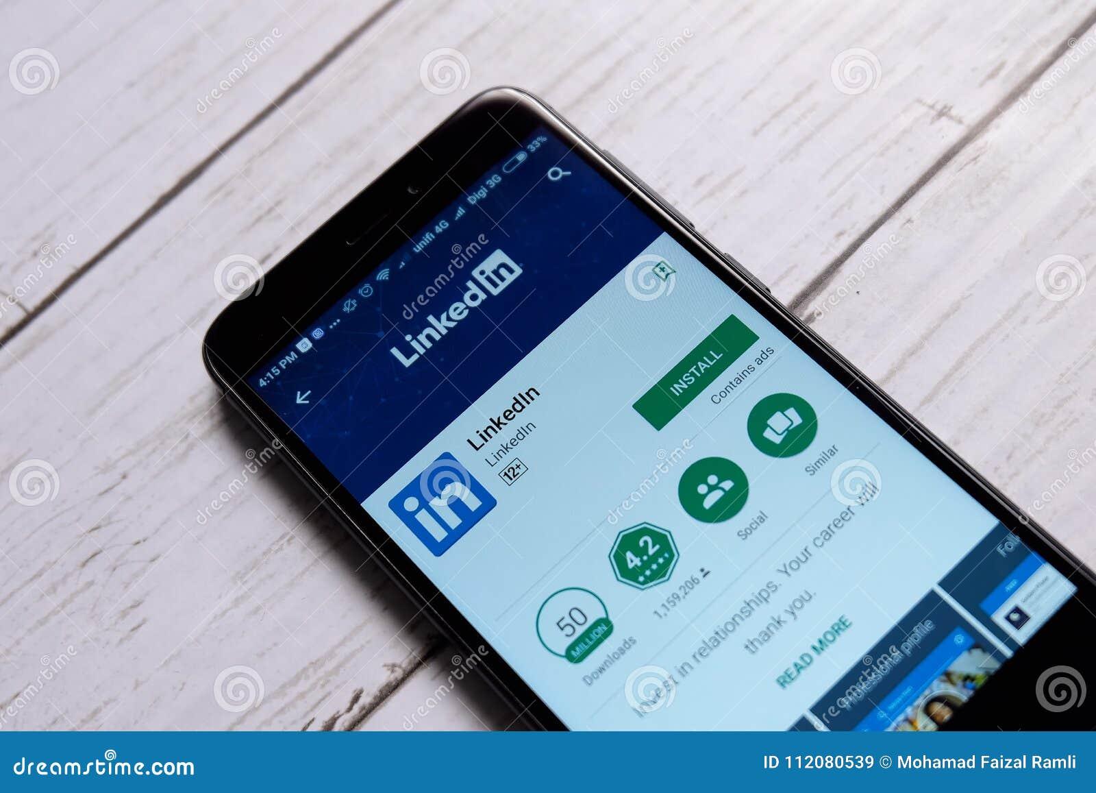 KUALA LUMPUR MALAYSIA - JANUARI 28TH, 2018: LinkedIn skärm i androidleklager LinkedIn är orienterad s för affären och anställning
