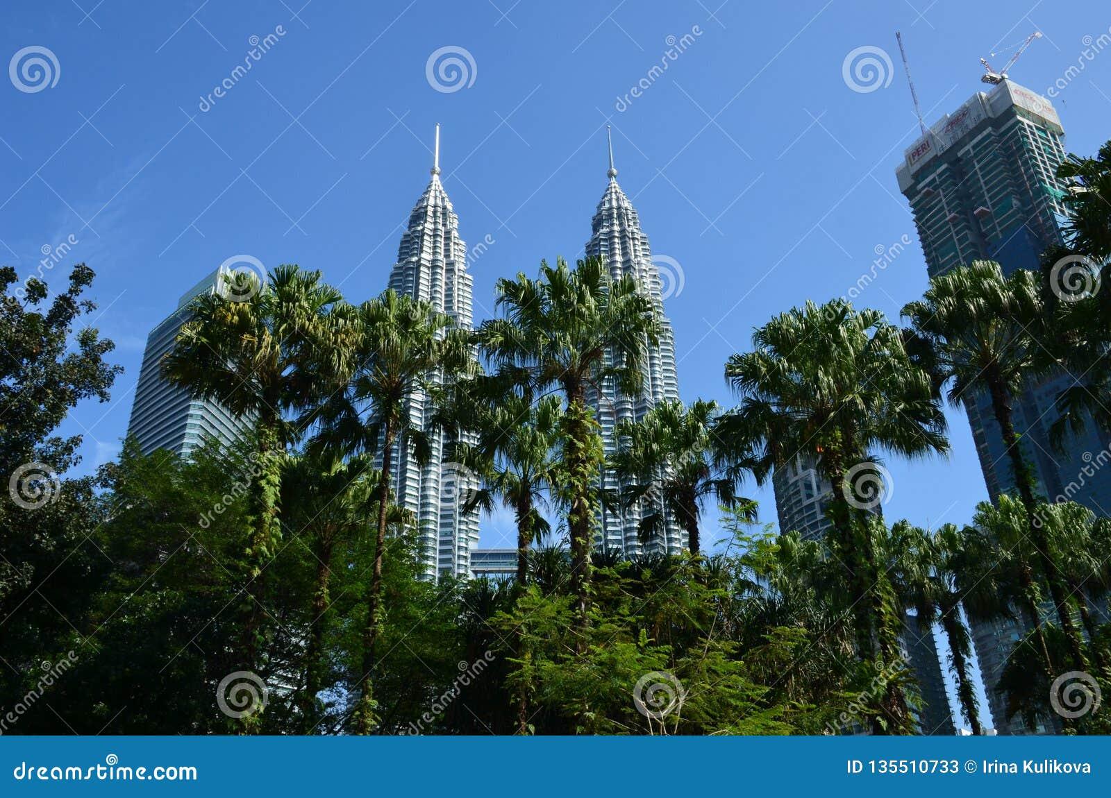 Kuala Lumpur, Maleisië - April 23, 2017: Dagmening van de Tweelingtorens van Petronas en de naburige gebouwen in Kuala Lumpur, Ma