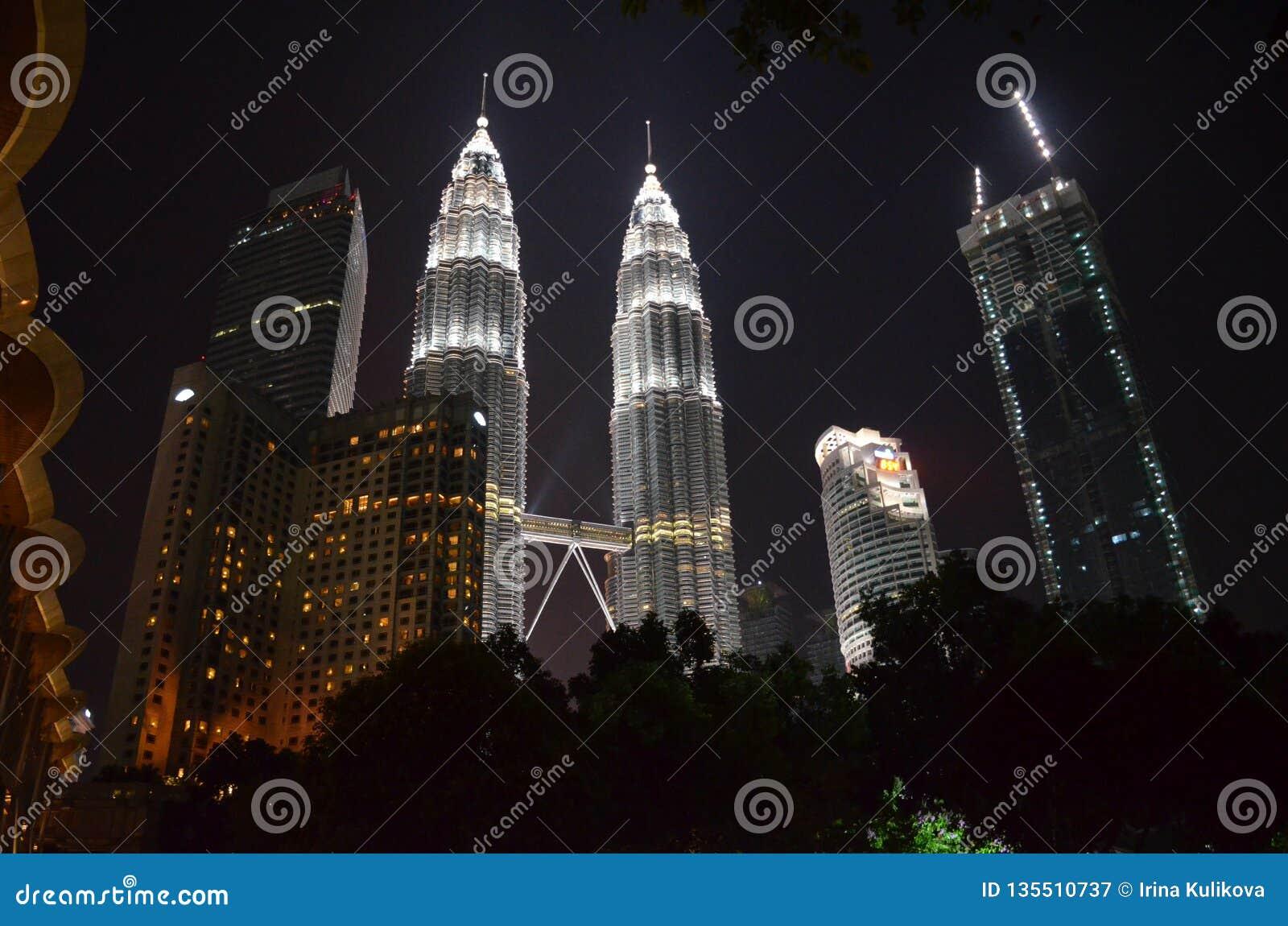 Kuala Lumpur, Maleisië - April 22, 2017: Nachtmening van de verlichte Tweelingtorens van Petronas in Kuala Lumpur, Maleisië