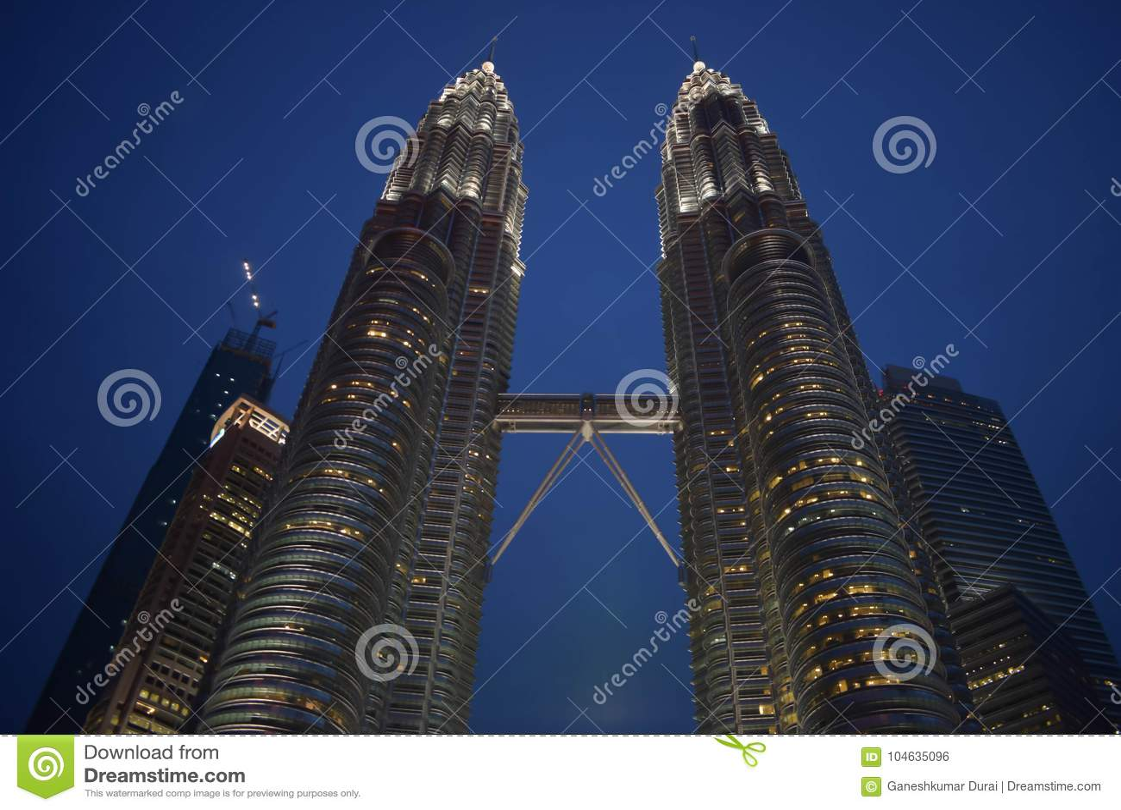 Download Kuala Lumpur, Maleisië - November 3, 2017: De Hemelbrug Van Petronas Tweelingtorens Redactionele Foto - Afbeelding bestaande uit aardolie, east: 104635096
