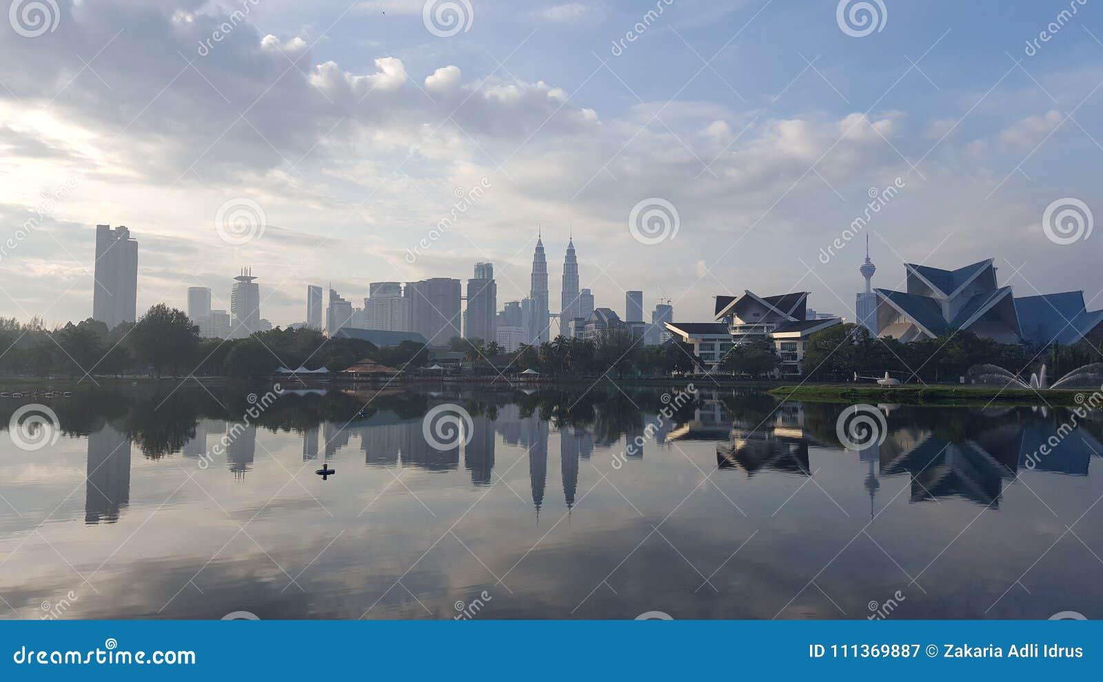 Kuala Lumpur miasto jeziorem scenary