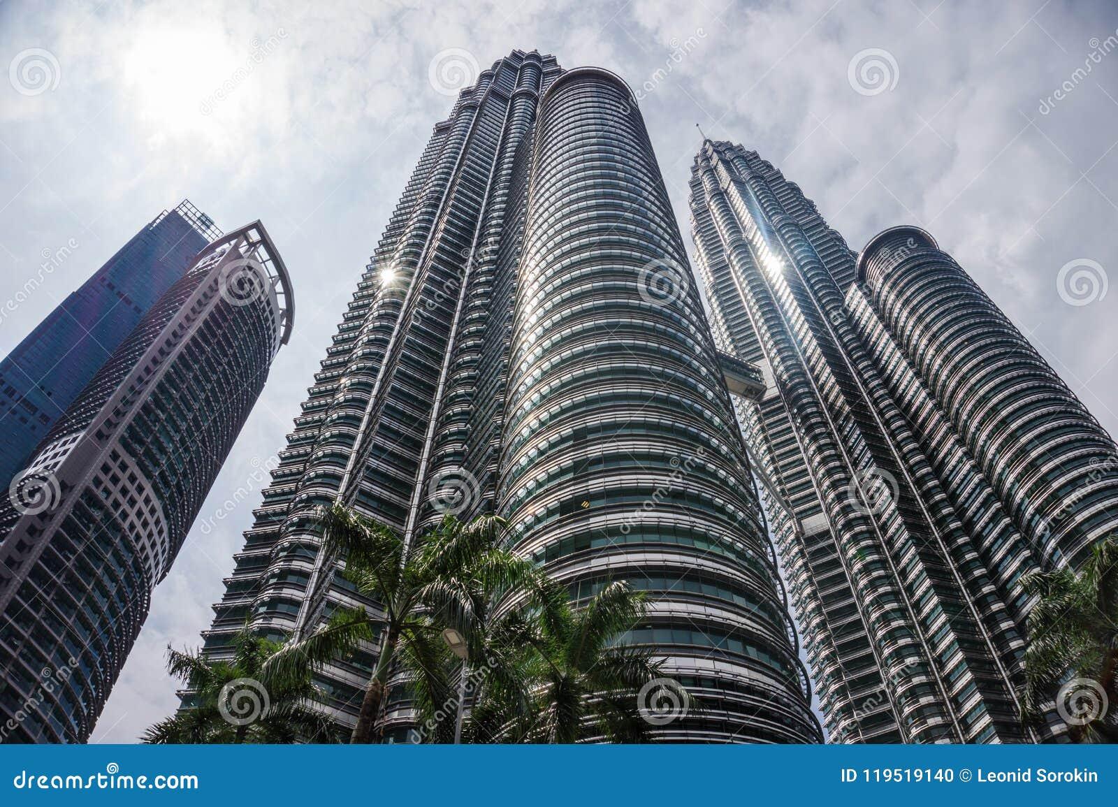 Kuala Lumpur miasto z bliźniaczymi wieżami drapacz chmur i niebo