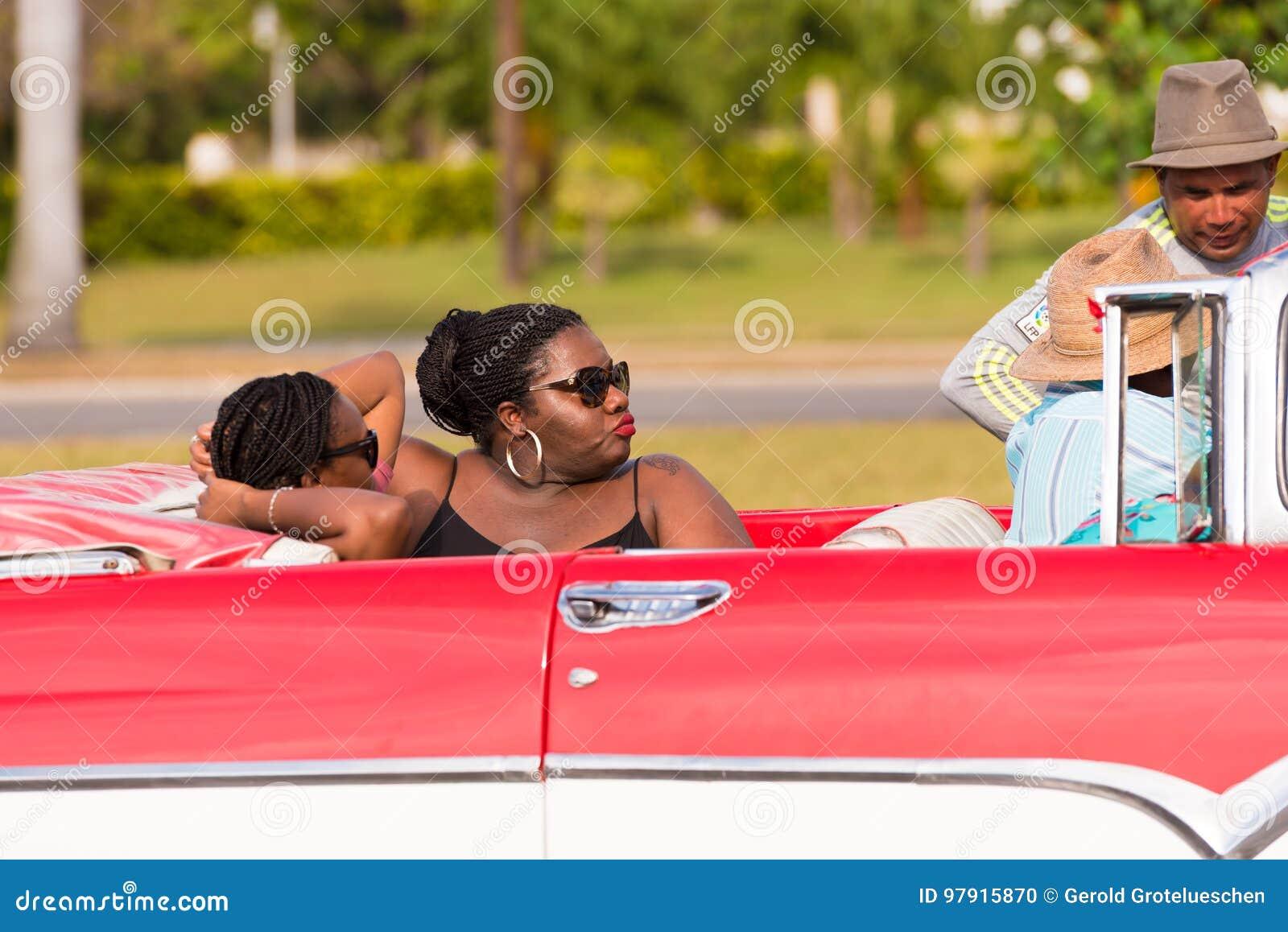 KUBA HAVANNACIGARR - MAJ 5, 2017: Afrikanska kvinnor i en cabriolet Närbild