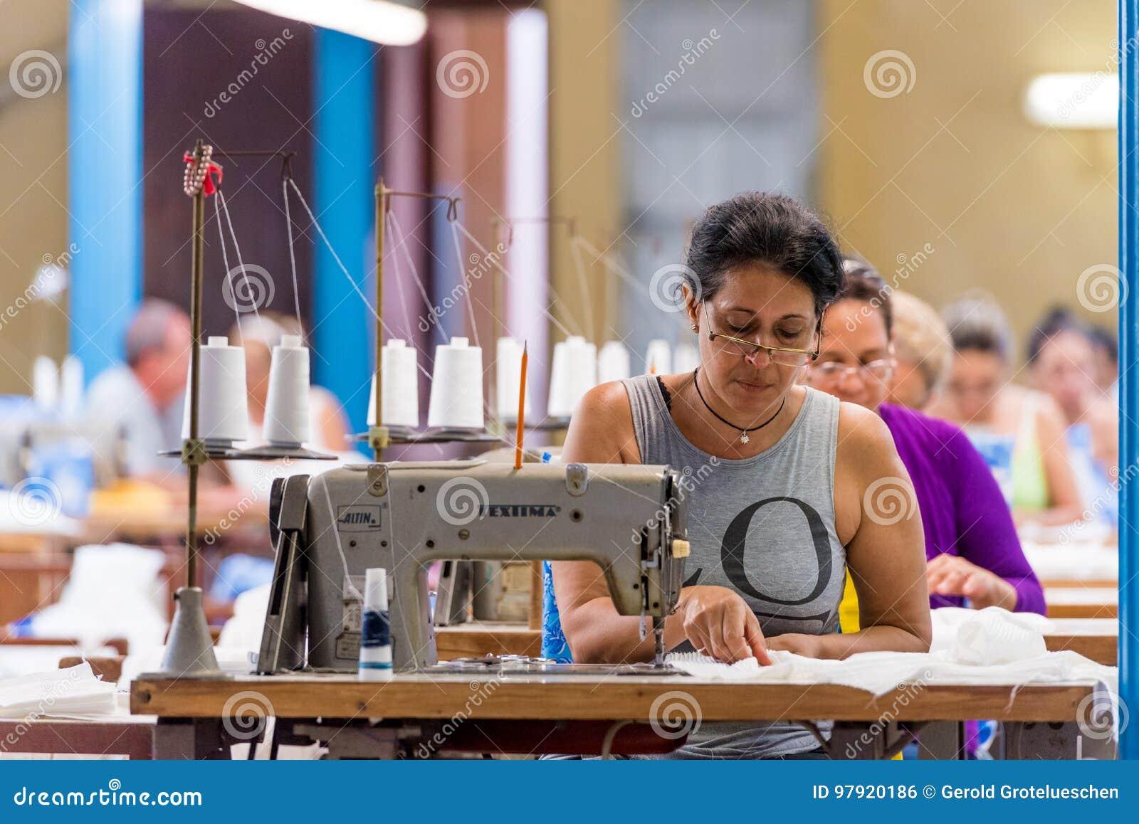 KUBA HAVANNACIGARR - MAJ 5, 2017: Arbetare på plaggfabriken kopiera avstånd