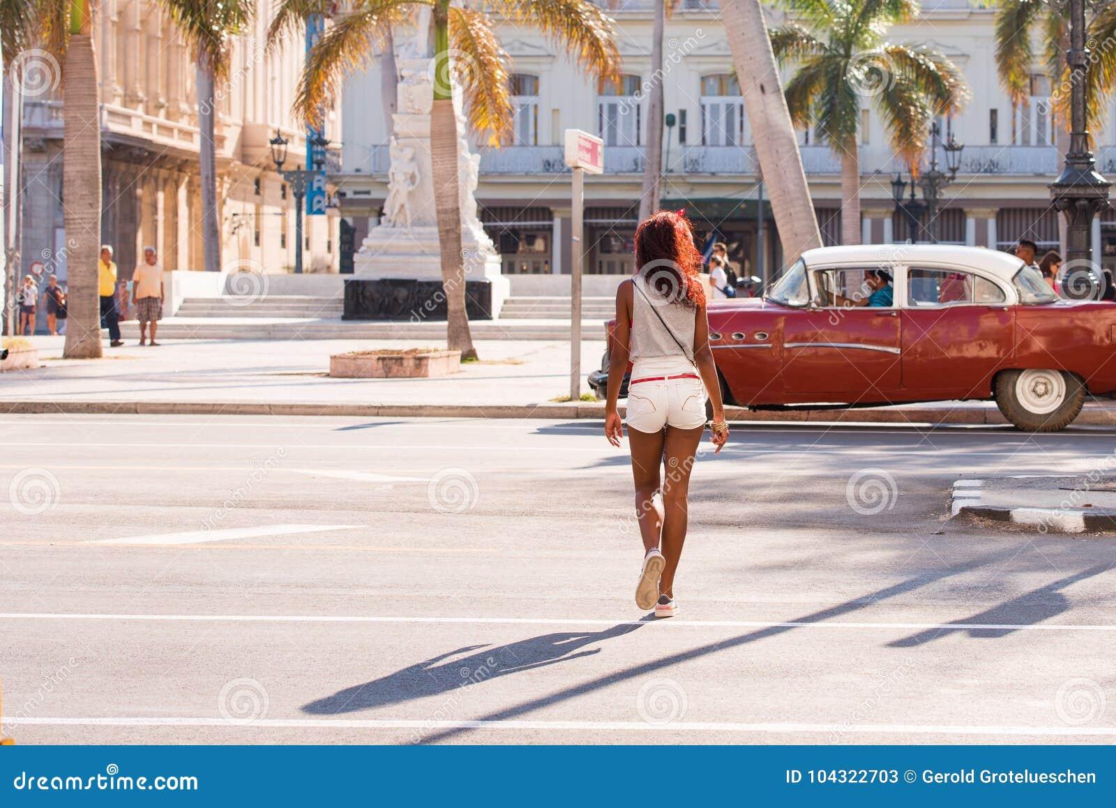 KUBA HAVANNACIGARR - MAJ 5, 2017: Brun retro bil för amerikan på stadsstr