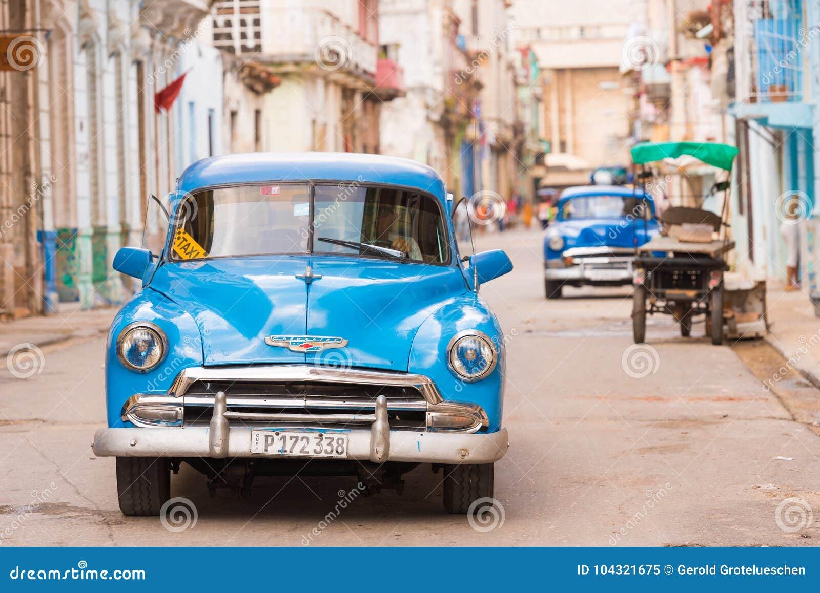 KUBA HAVANNACIGARR - MAJ 5, 2017: En blå amerikansk retro bil på en stadsgata opy utrymme för ï¿ ½ för text