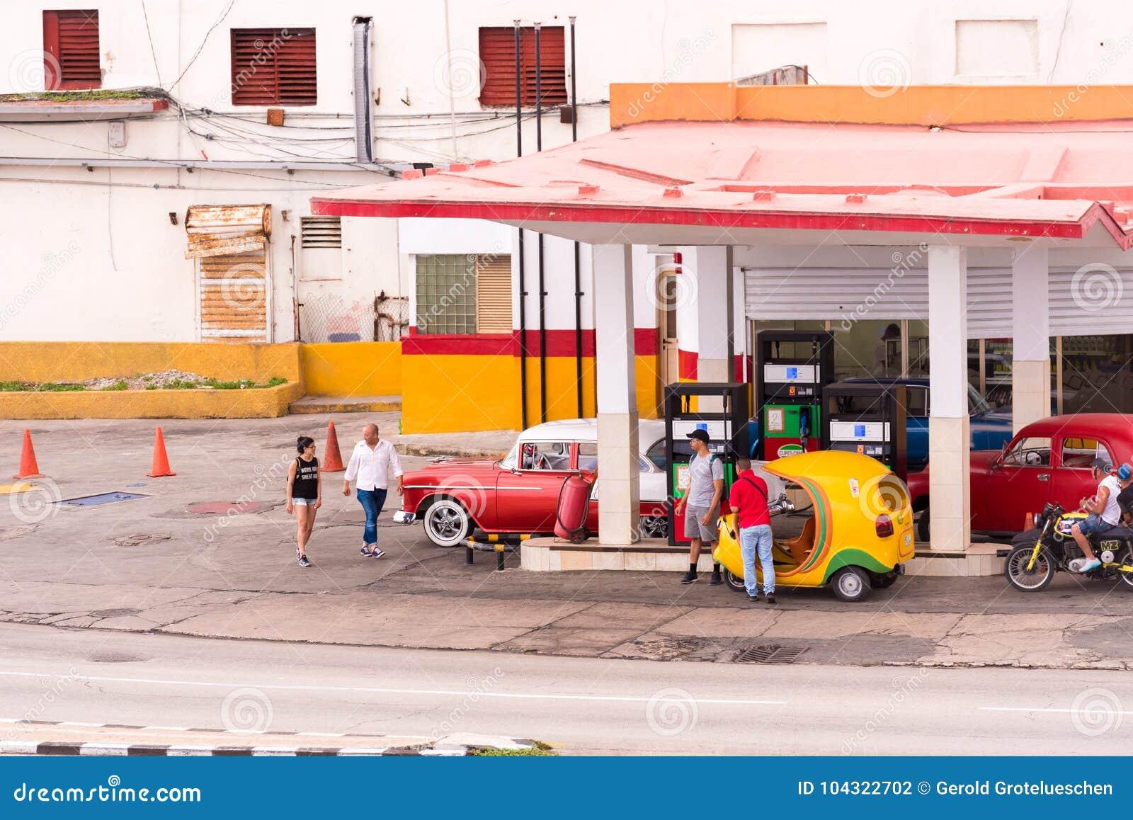 KUBA HAVANNACIGARR - MAJ 5, 2017: Sikt av bensinstationen Kopiera utrymme för text