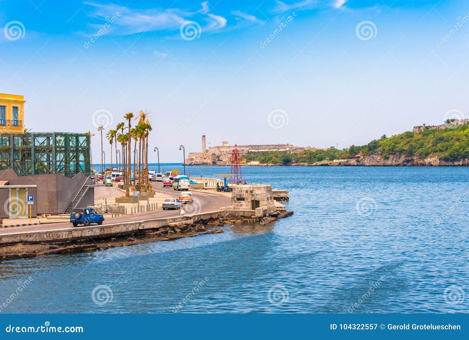 KUBA HAVANNACIGARR - MAJ 5, 2017: Sikt av den Malecon stranden Kopiera utrymme för text