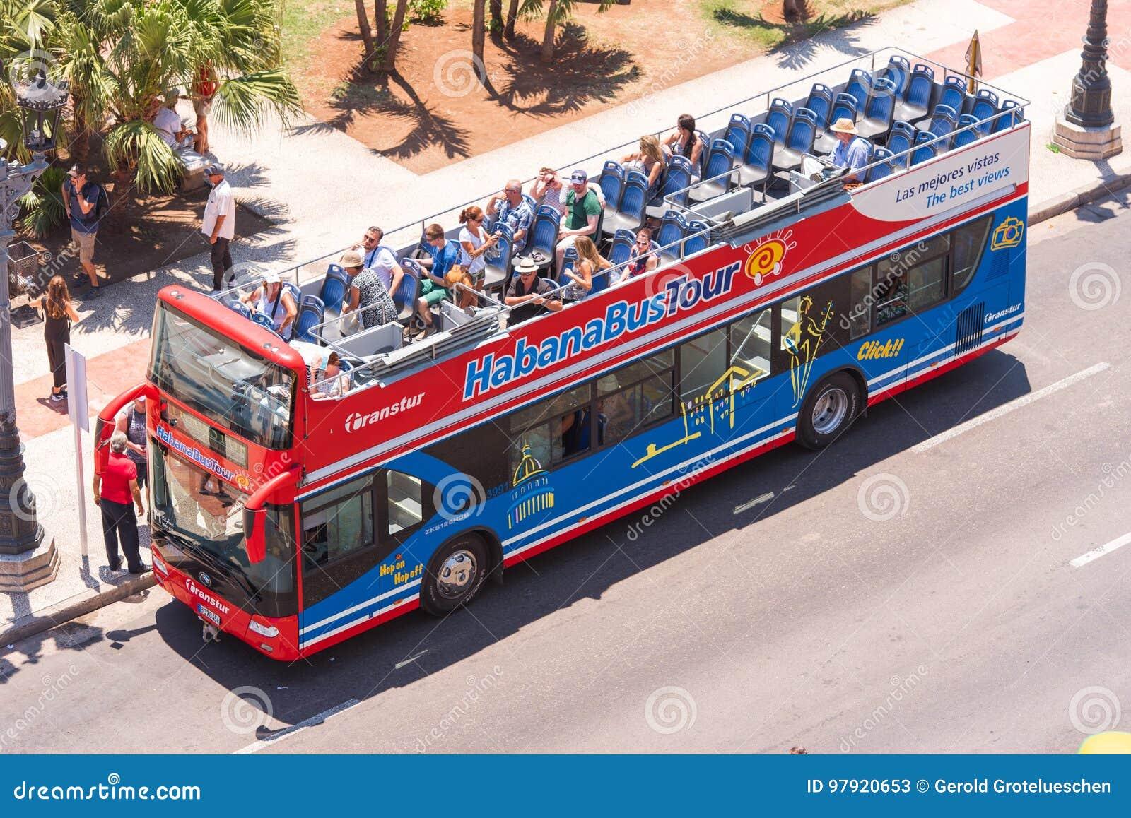 KUBA HAVANNACIGARR - MAJ 5, 2017: Turist- buss med ett öppet tak Top beskådar Kopiera utrymme för text Top beskådar